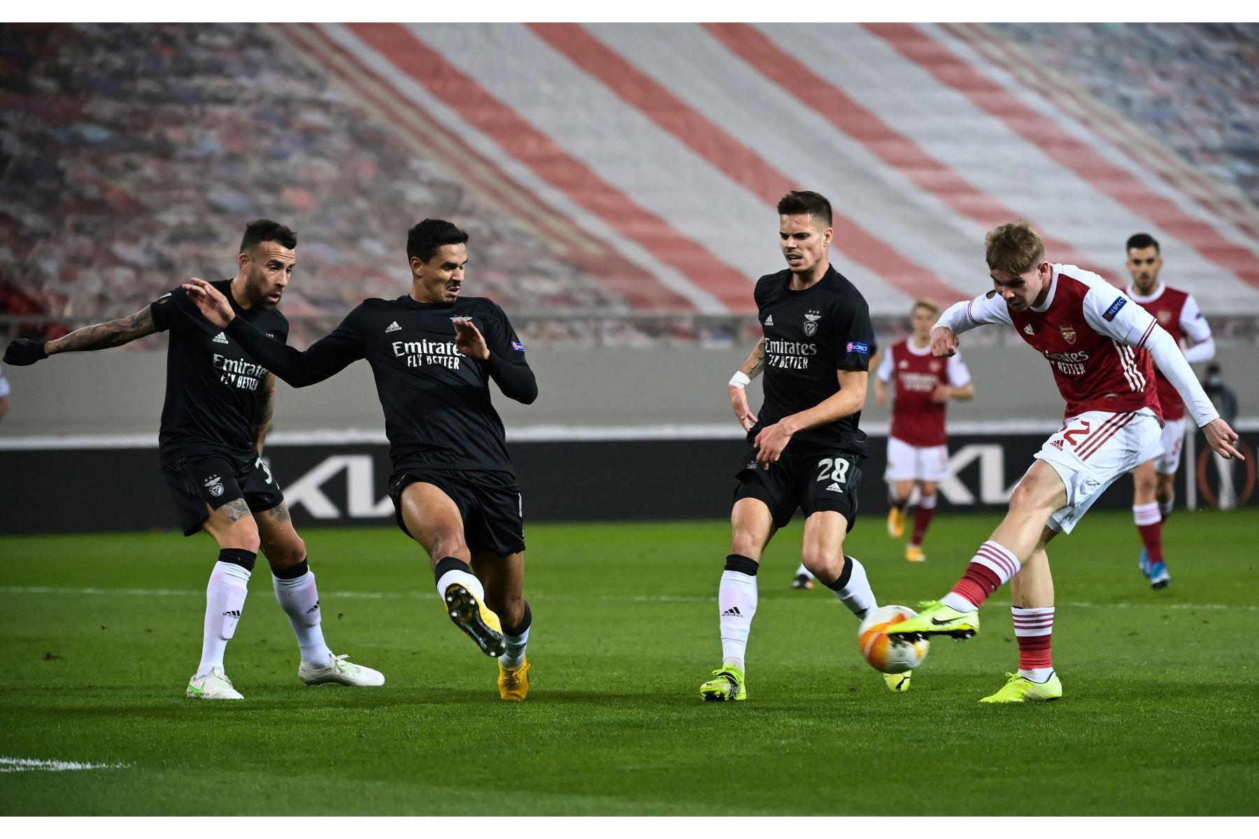 El centrocampista inglés del Arsenal, Emile Smith Rowe, controla el balón durante el partido de fútbol de 32 segundos de la UEFA Europa League. Foto: AFP