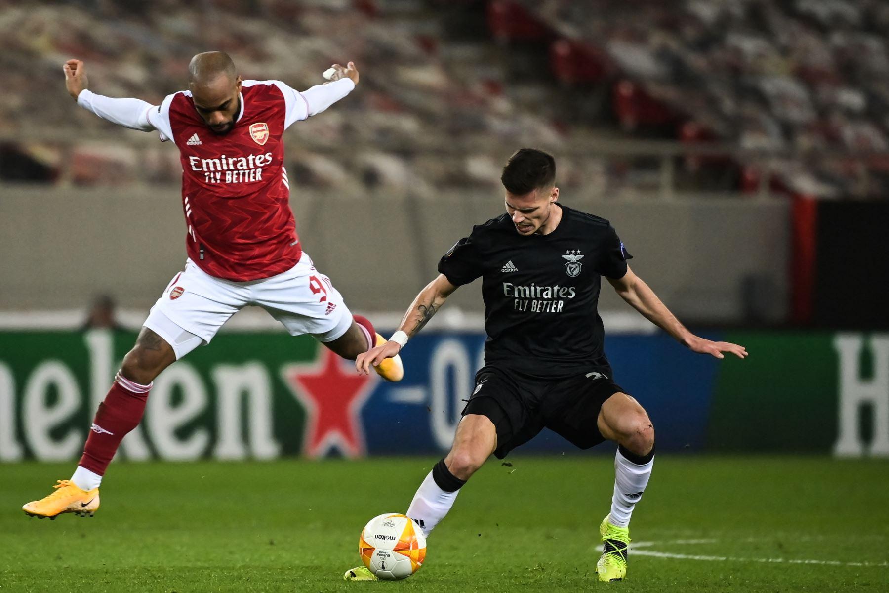 El centrocampista alemán del Benfica, Julian Weigl, lucha por el balón con el delantero francés del Arsenal, Alexandre Lacazette, durante el segundo partido de la UEFA Europa League. Foto: AFP
