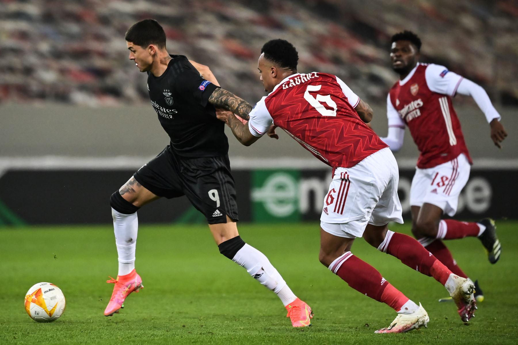 El delantero uruguayo del Benfica, Darwin Núñez, lucha por el balón con el defensor brasileño del Arsenal Gabriel durante el segundo partido de la UEFA Europa League. Foto: AFP