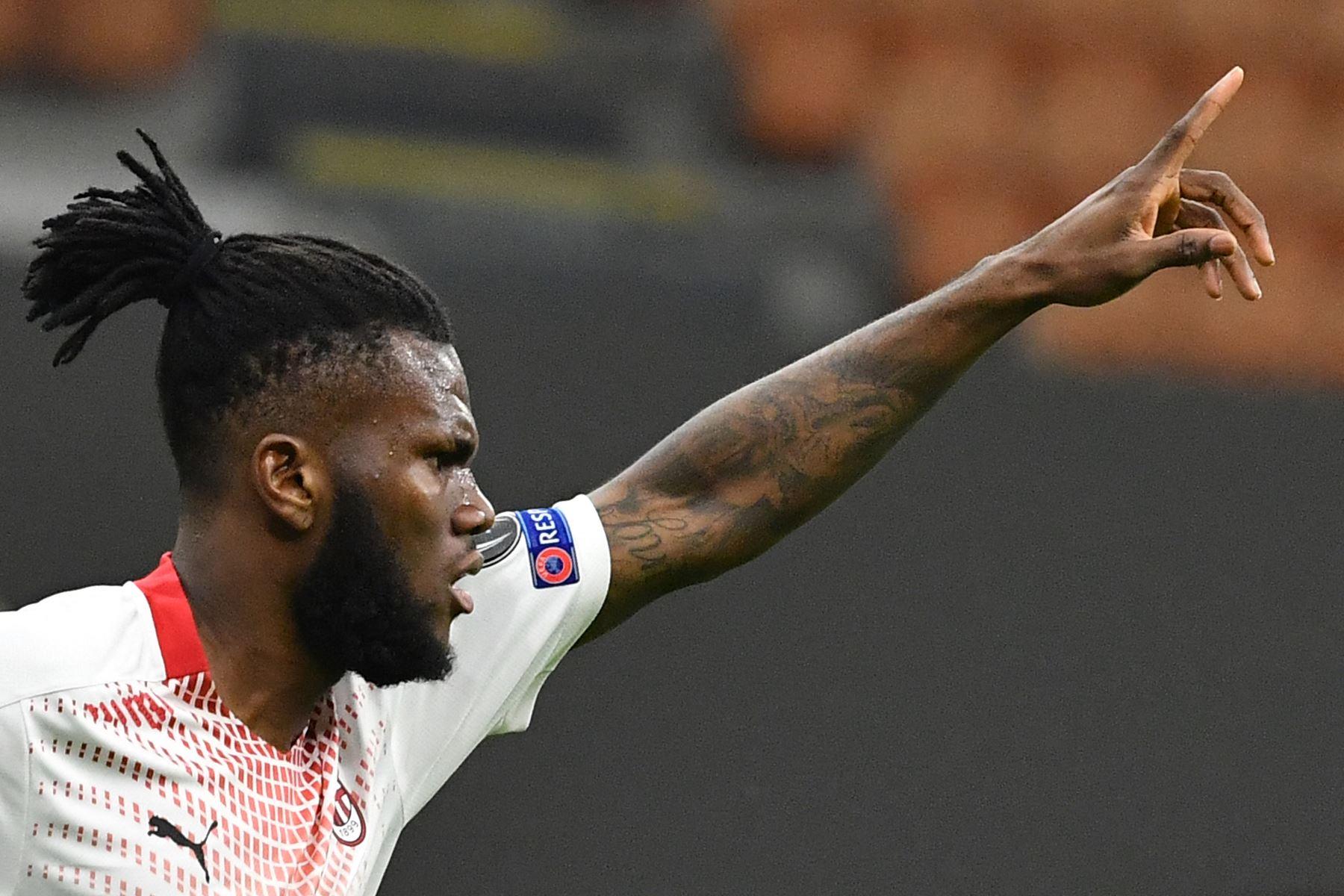 El centrocampista marfileño del AC Milan, Franck Kessie, celebra tras abrir el marcador durante los dieciseisavos de final de la UEFA Europa League. Foto: AFP
