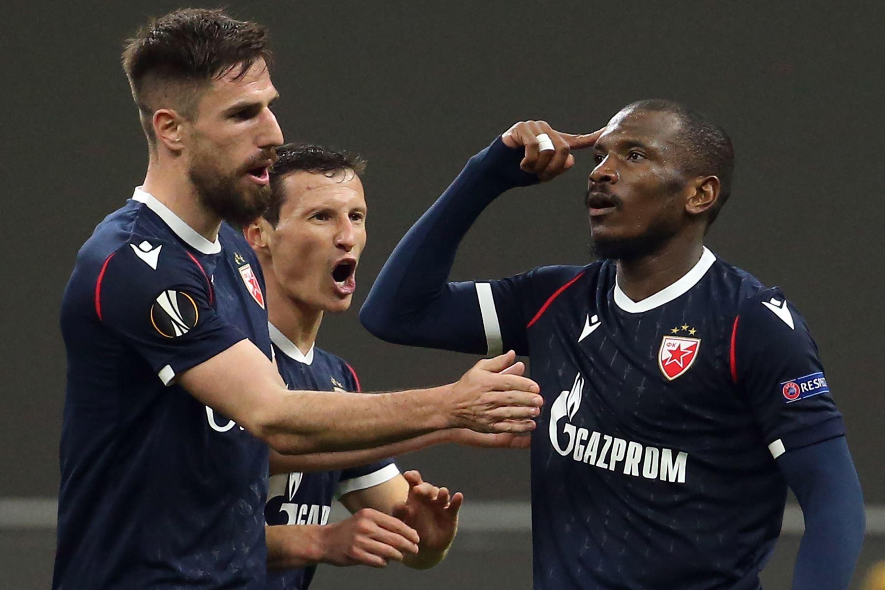 El Fardou Ben Nabouhane del Estrella Roja de Belgrado se regocija con sus compañeros tras marcar el 1-1 en los dieciseisavos de final de la UEFA Europa League. Foto: EFE