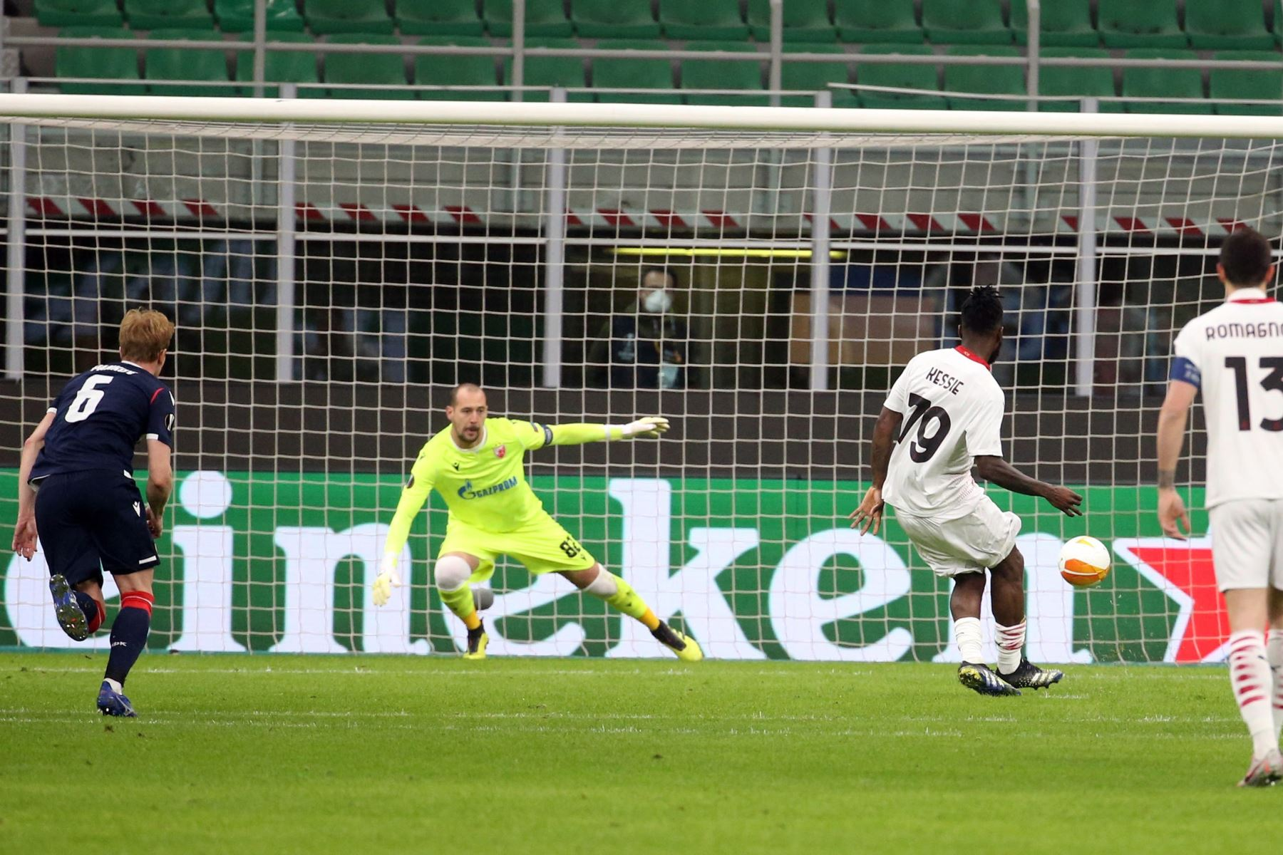 Franck Kessie del AC Milan marca el 1-0 de penalti durante los dieciseisavos de final de la UEFA Europa League. Foto: EFE