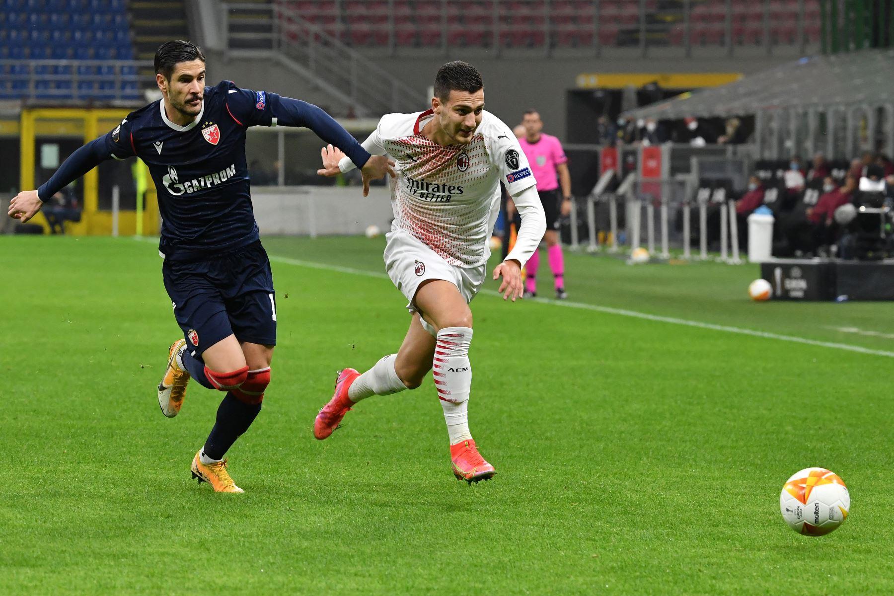 El defensor portugués del AC Milan Diogo Dalot supera al delantero italiano del Crvena Zvezda Beograd, Diego Falcinelli durante la ronda de dieciseisavos de final de la UEFA Europa League. Foto: AFP