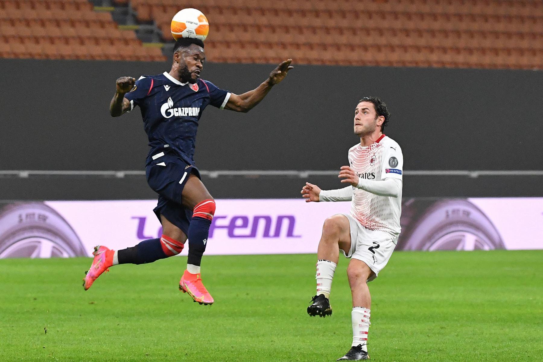 Crvena Zvezda Beograd, el centrocampista de Gabón Guelor Kanga Kakou encabeza el balón mientras el defensor italiano del AC Milan Davide Calabria mira durante la ronda de 32 de la UEFA Europa League. Foto: AFP
