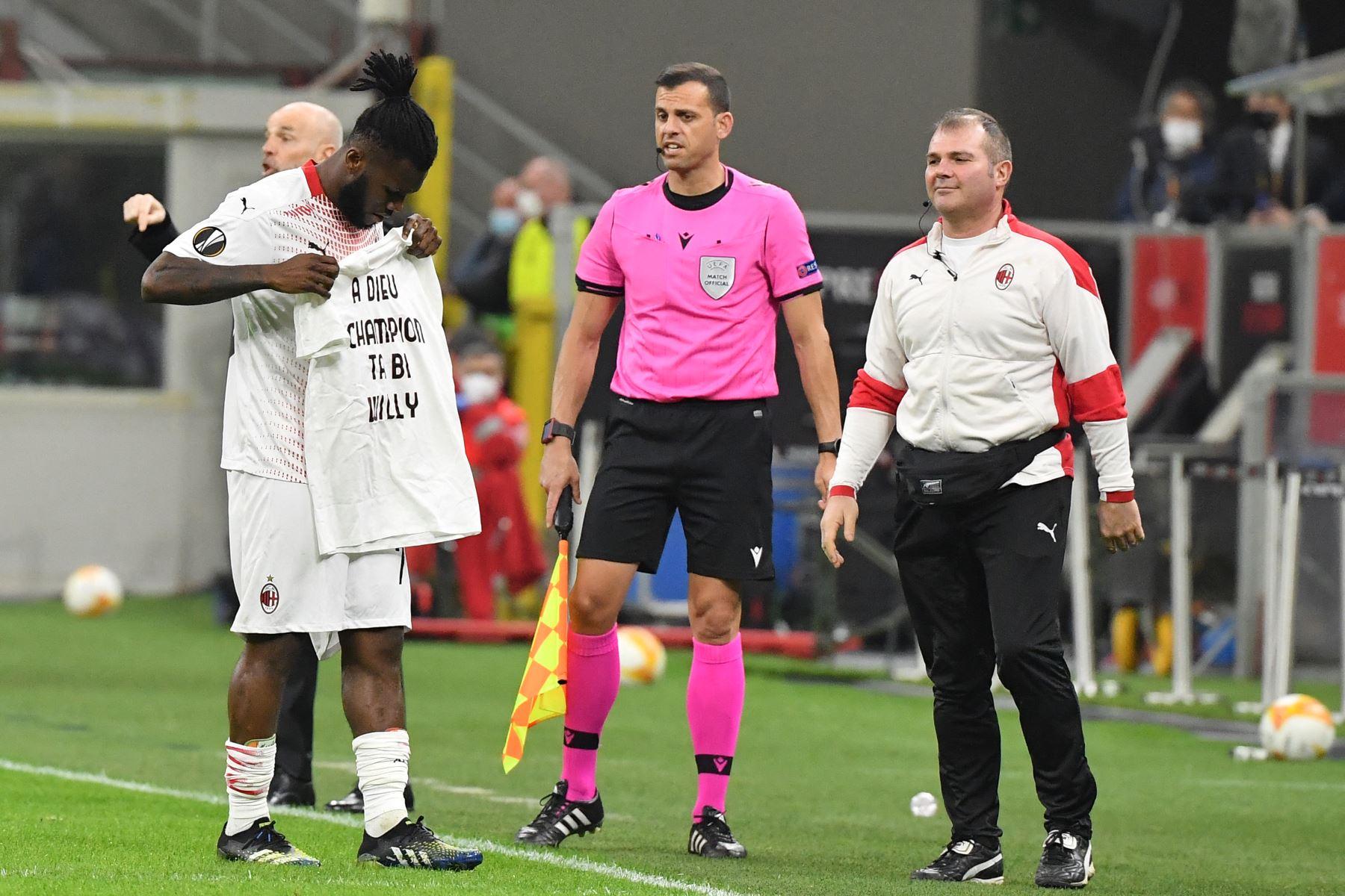 El centrocampista marfileño del AC Milan Franck Kessie sostiene una camiseta en homenaje al fallecido jugador marfileño Willy Bracciano Ta Bi, durante la ronda de dieciseisavos de final de la UEFA Europa League. Foto: AFP