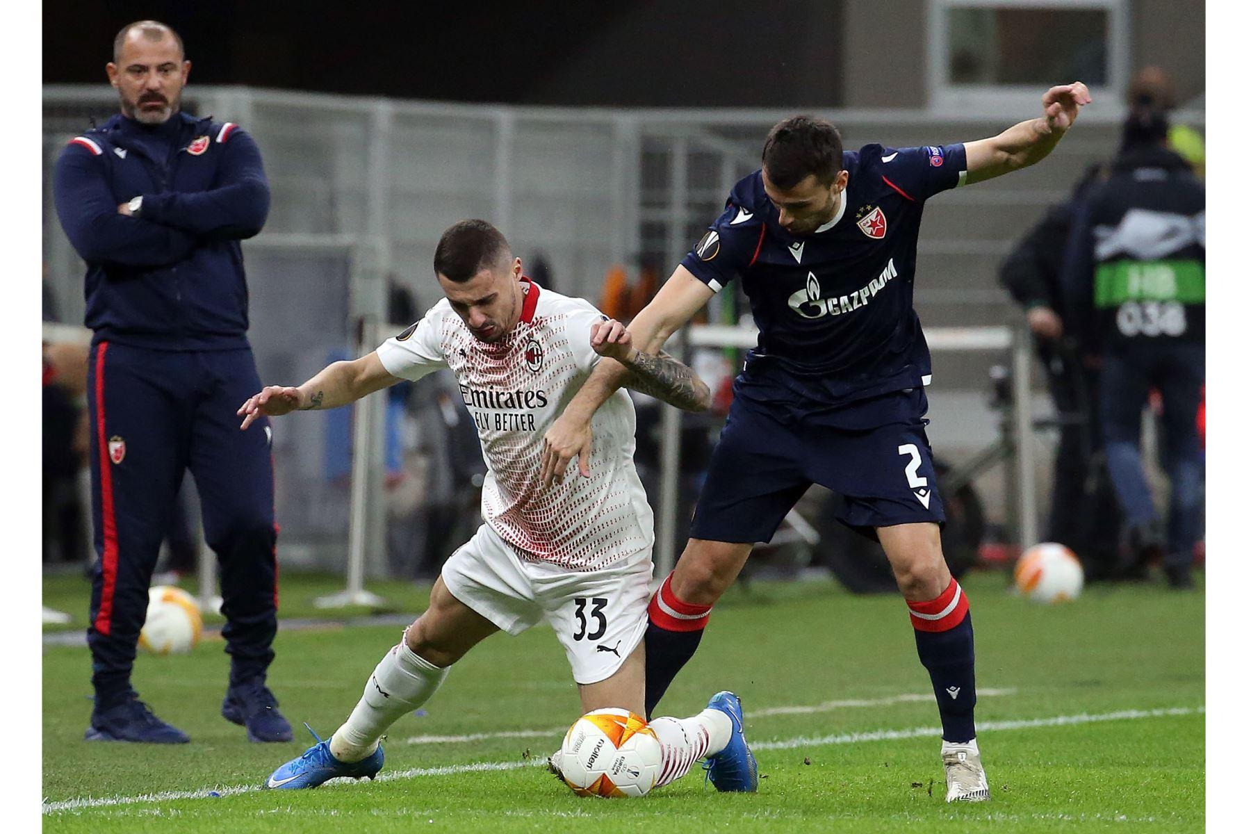 El AC futbolista del AC Milan Rade Krunic se enfrenta por el balón con el Estrella Roja de Belgrado