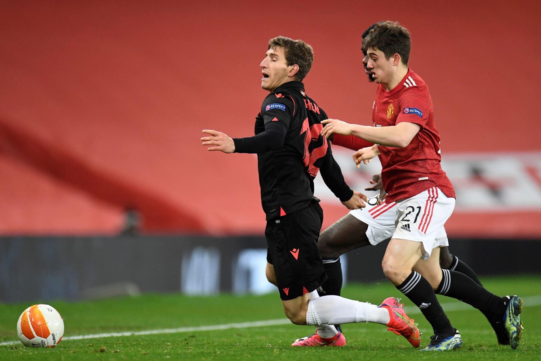 Aihen Munoz de la Real Sociedad en acción contra Daniel James del Manchester United durante los dieciseisavos de final de la UEFA Europa League. Foto: EFE