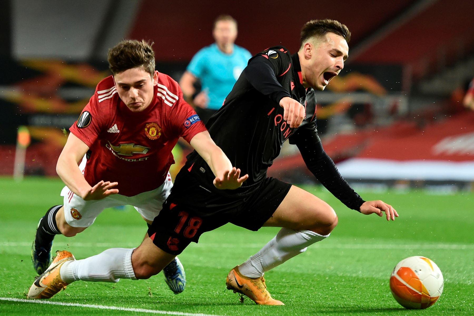 Andoni Gorosabel de la Real Sociedad en acción contra Daniel James del Manchester United durante los dieciseisavos de final de la UEFA Europa League. Foto: EFE