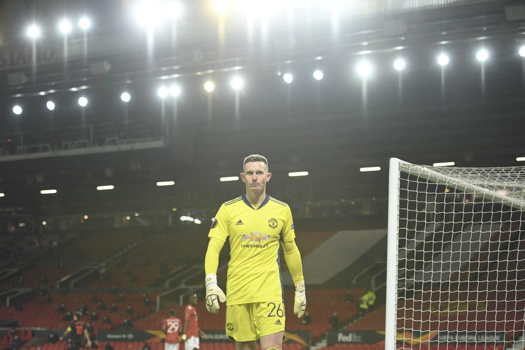 El portero inglés del Manchester United Dean Henderson recupera el balón durante la ronda de dieciseisavos de final de la UEFA Europa League. Foto: AFP