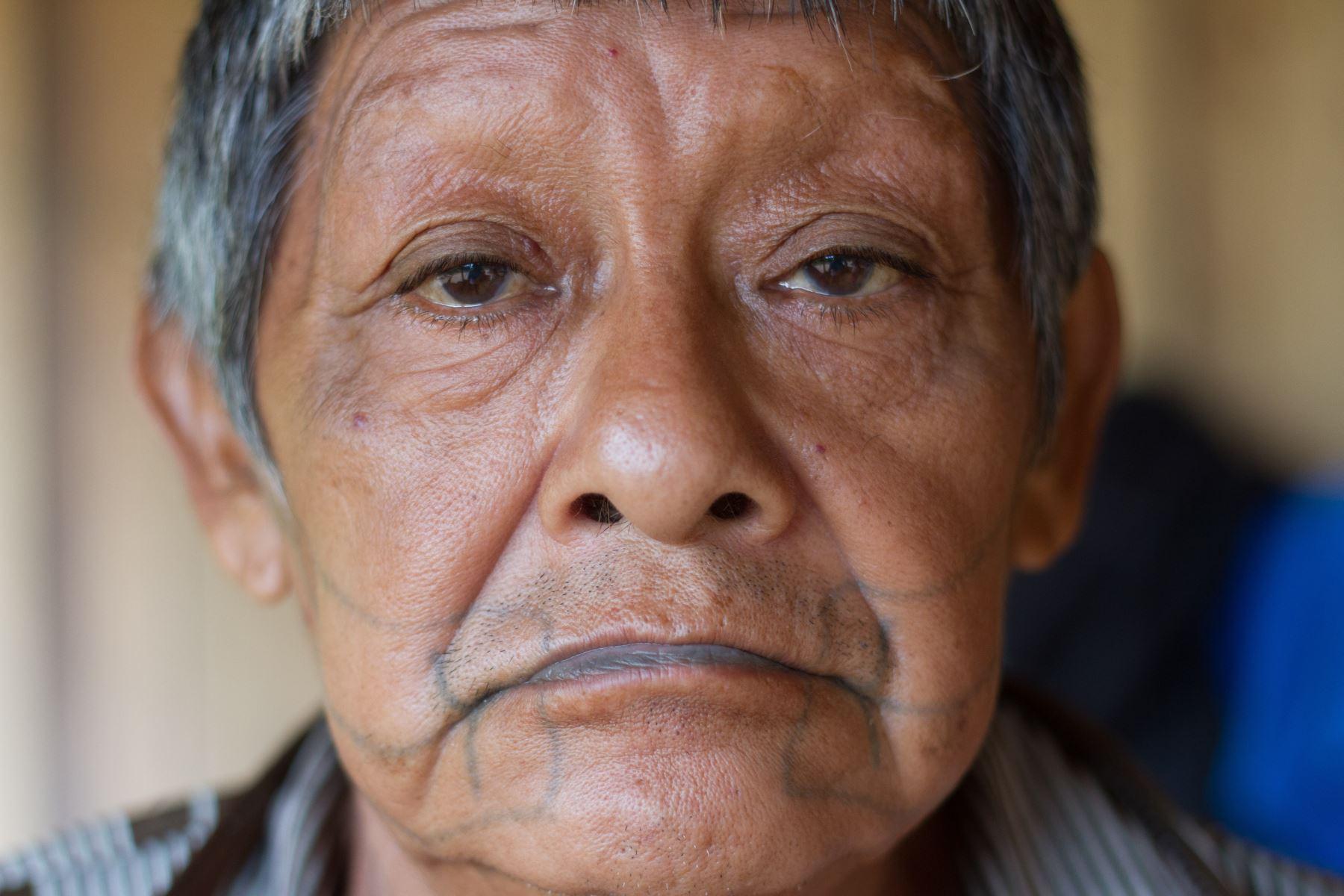 Fotografía cedida por la Asociación de Defensa Etnoambiental Kanindé y fechada el 4 de febrero de 2016 que muestra a Aruká Juma (foto), el último chamán de los Juma de Brasil. Sobrevivió a varias masacres que casi exterminaron a su pueblo, pero no a la covid-19. Foto: EFE