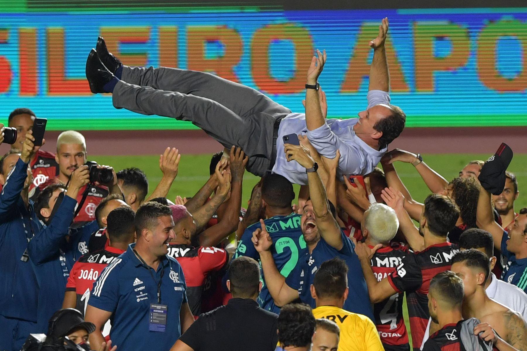 El equipo más popular de Brasil ganó su séptima liga en un infartante duelo de final de campeonato con el Internacional, segundo de la tabla. Foto: AFP