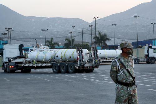 Salida del convoy del Ejército que traslada la planta de oxígeno hacia el Hospital Loayza