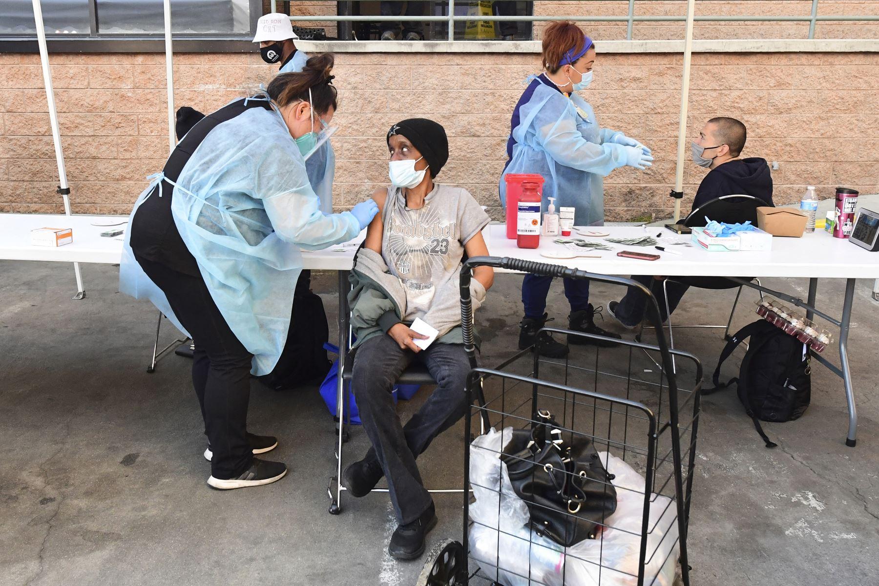 Un profesional de la salud ocupacional vacuna a un empleado con una dosis de la vacuna AstraZeneca Covid-19 en un centro de salud para empleados de los sectores de publicidad y comunicación, en París el 25 de febrero de 2021. Foto: AFP