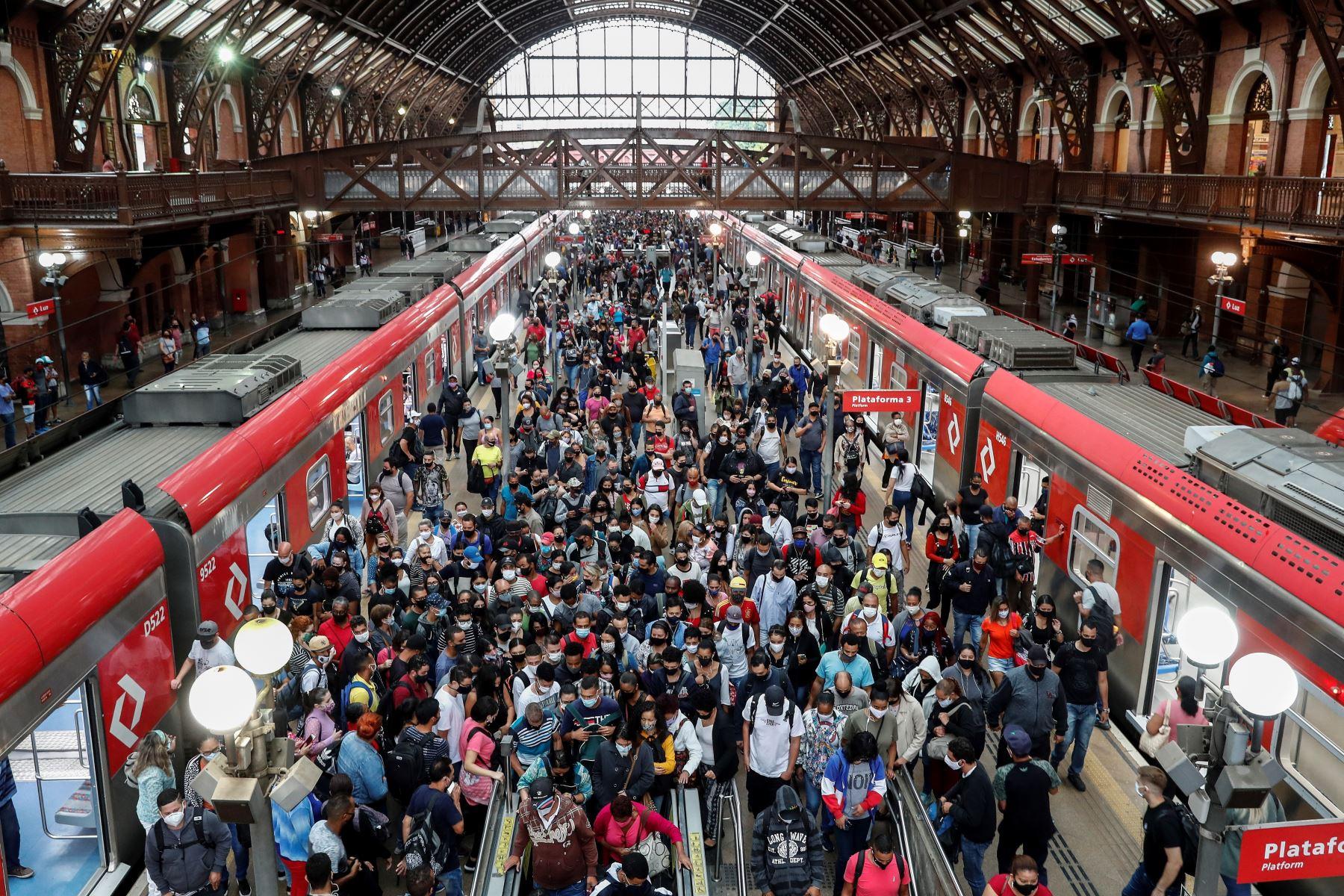 Decenas de pasajeros desembarcan del tren en la estación Luz, en el centro de Sao Paulo, Brasil. Un año después del primer caso de coronavirus, que fue además el primero de América Latina, el 26 de febrero del 2021. Foto: EFE