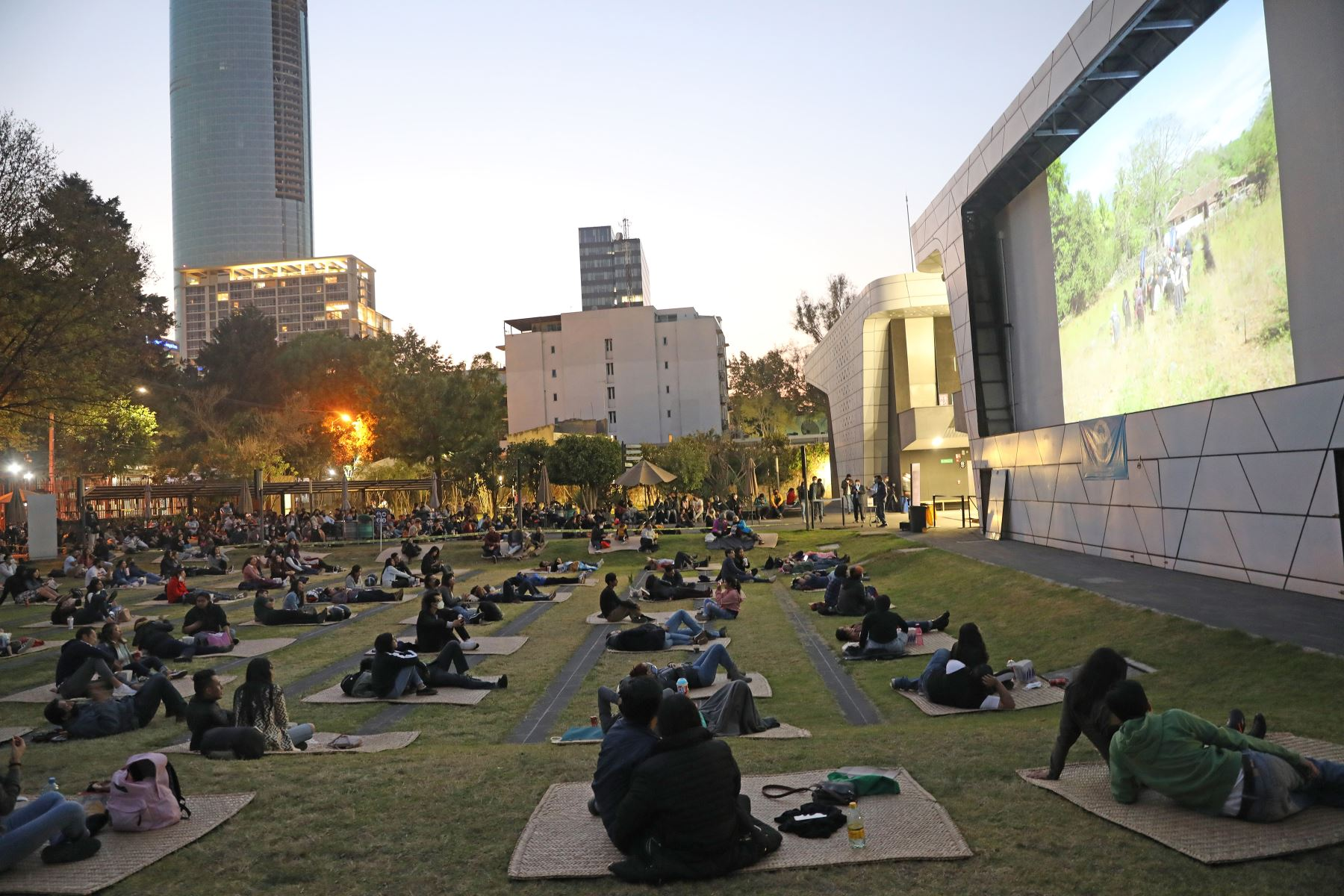 Personas asisten a una función de cine al aire libre como medida sanitaria, en la Cineteca Nacional en la Ciudad de México. Foto: EFE
