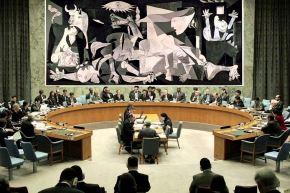 La presencia del tapiz, cerca del cual pasaban regularmente presidentes, ministros y embajadores ante el Consejo de Seguridad, tenía por objeto sensibilizarlos sobre la tragedia de la guerra. Foto: Internet