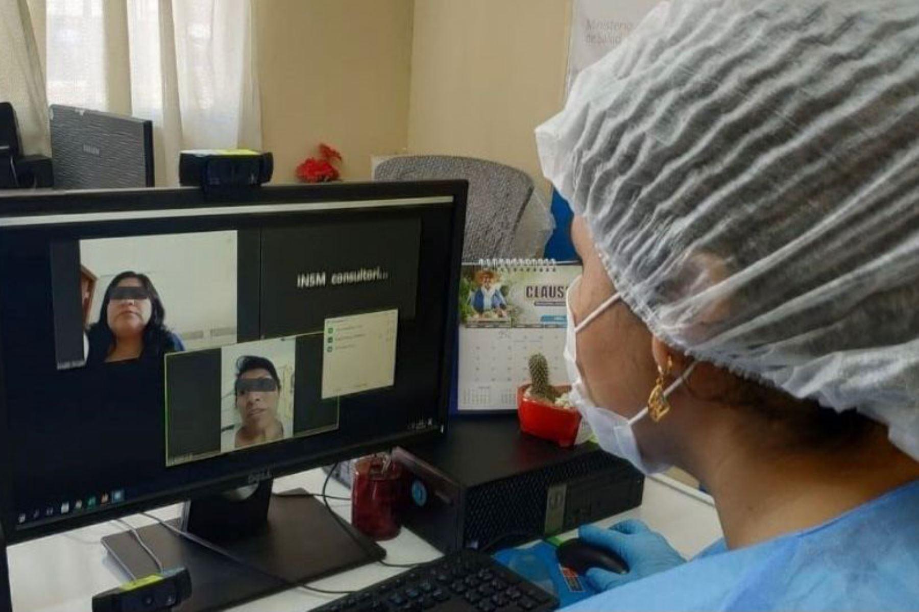 La teleatención está demostrando ser un medio muy eficaz para llegar a todos los pacientes, inclusive de regiones y zonas alejadas del país, que continúan su tratamiento y han reducido la deserción. Foto: ANDINA/INSM