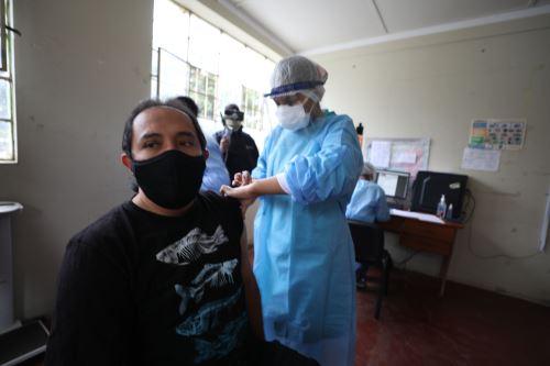 Ministra de la Mujer supervisa jornada de vacunación contra el covid -19 a personal de primera línea en Huánuco