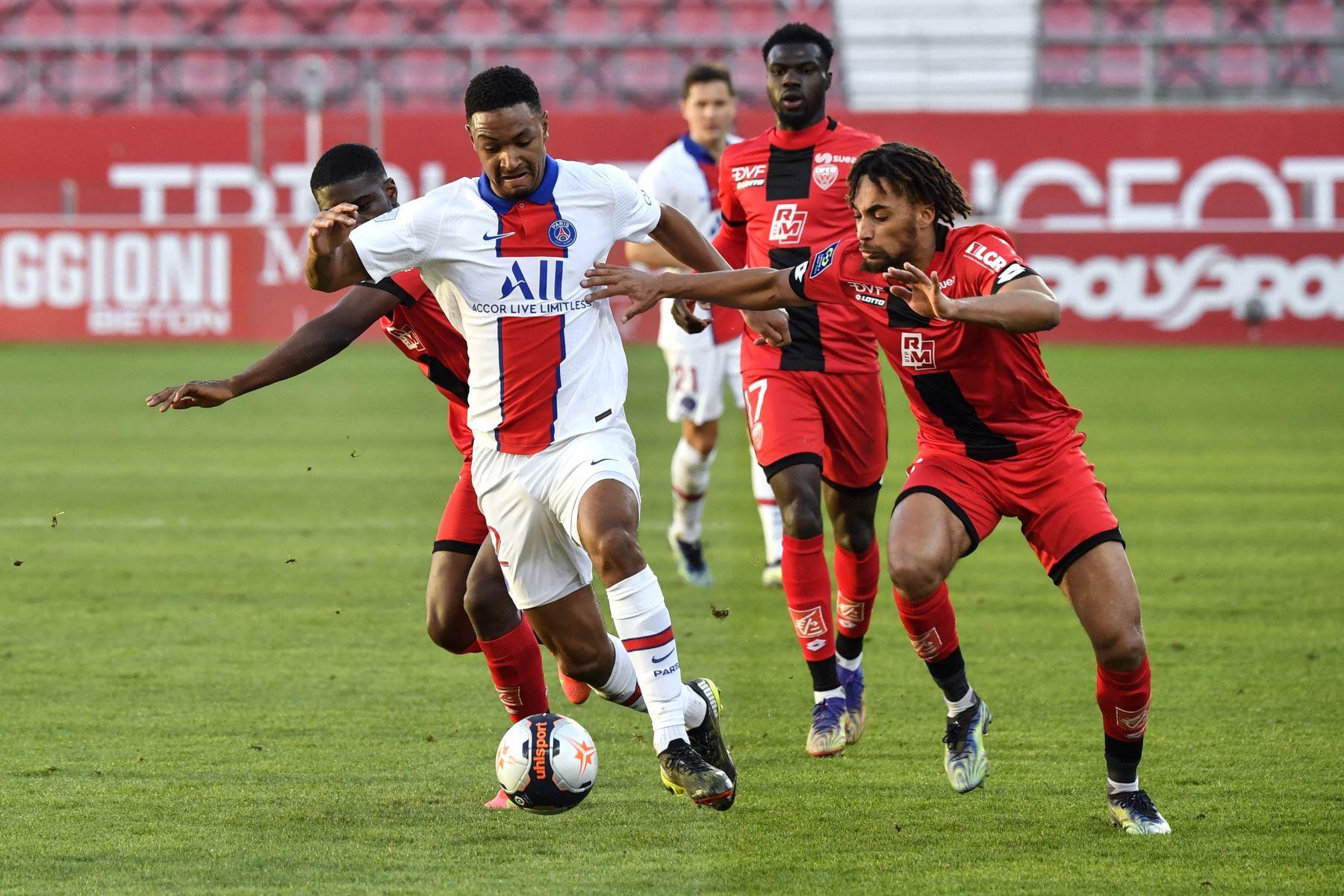 El defensor francés del Paris Saint-Germain Abdou Diallo compite por el balón con el defensor francés de Dijon Sacha Boey durante el partido de fútbol francés L1 entre Dijon (DFCO) y Paris Saint-Germain (PSG). Foto: AFP