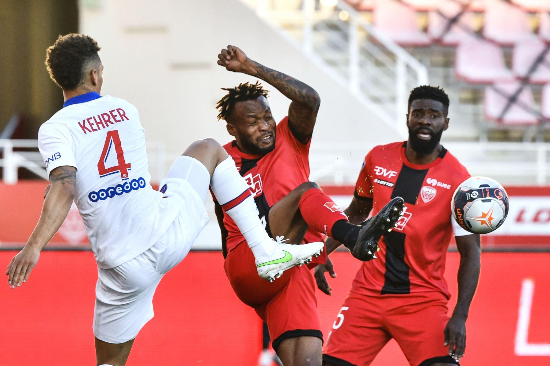 El centrocampista gabonés de Dijon Didier Ndong compite por el balón con el defensor alemán del Paris Saint-Germain Thilo Kehrer durante el partido de fútbol francés L1 entre Dijon (DFCO) y Paris Saint-Germain (PSG). Foto: AFP