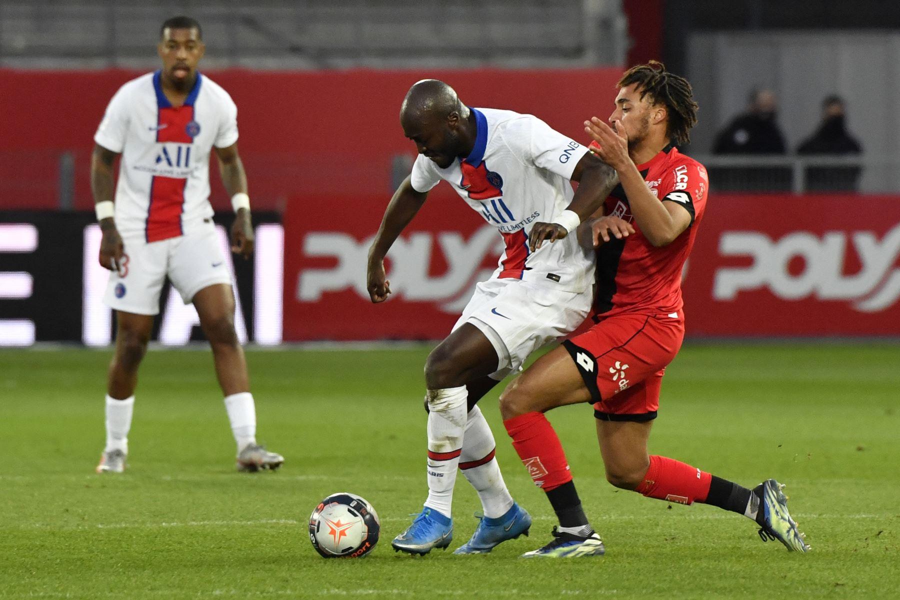 El centrocampista portugués del Paris Saint-Germain Danilo Pereira compite por el balón con el defensor francés de Dijon Sacha Boey durante el partido de fútbol L1 francés entre Dijon (DFCO) y Paris Saint-Germain (PSG). Foto: AFP
