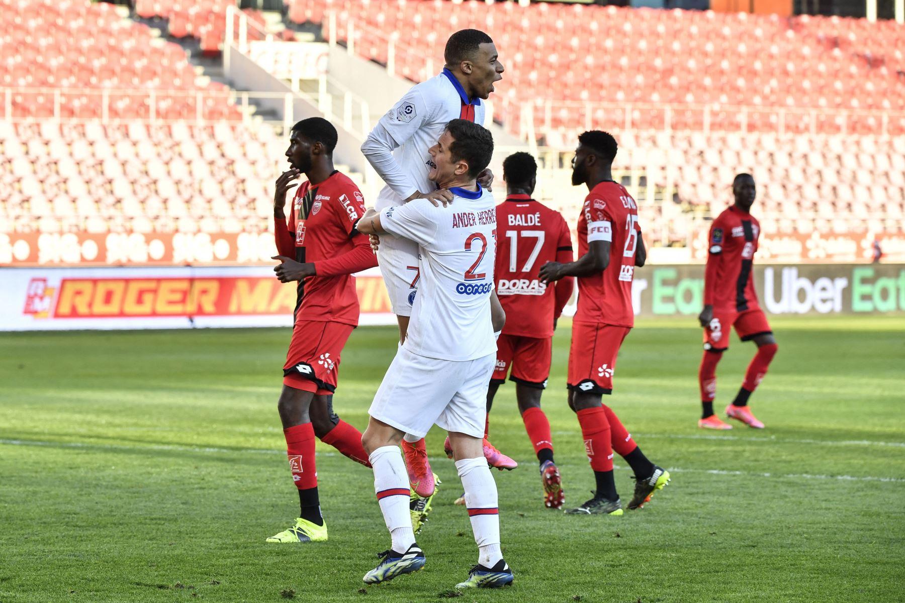 El delantero francés del Paris Saint-Germain Kylian Mbappé (arriba) celebra con el centrocampista español del Paris Saint-Germain, Ander Herrera, tras marcar un penalti durante el partido de fútbol francés L1 entre Dijon (DFCO) y Paris Saint-Germain (PSG). Foto: AFP