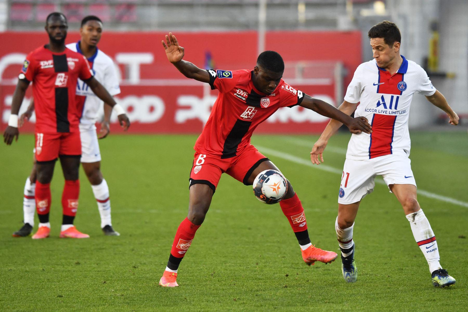El centrocampista francés de Dijon Eric Junior Dina-Ebimbe compite por el balón con el centrocampista español del Paris Saint-Germain Ander Herrera durante el partido de fútbol francés L1 entre Dijon (DFCO) y Paris Saint-Germain (PSG) . Foto: AFP
