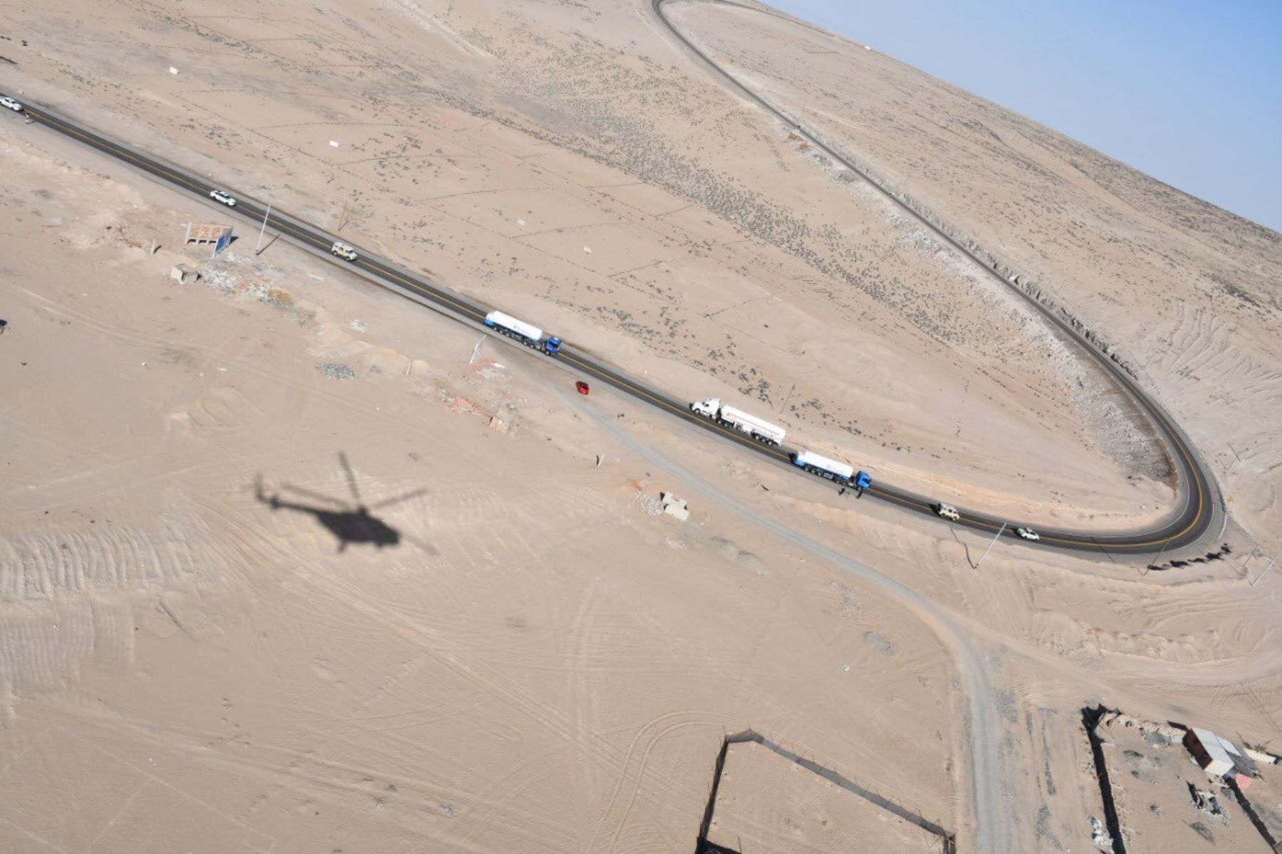 Primera entrega de oxígeno medicinal importado desde Chile está siendo trasladado a hospitales de Cañete y Lima. Vehículos terrestres y un helicóptero del  Ejercito Peruano, resguardan el convoy en la ruta. Foto: ANDINA/Mindef