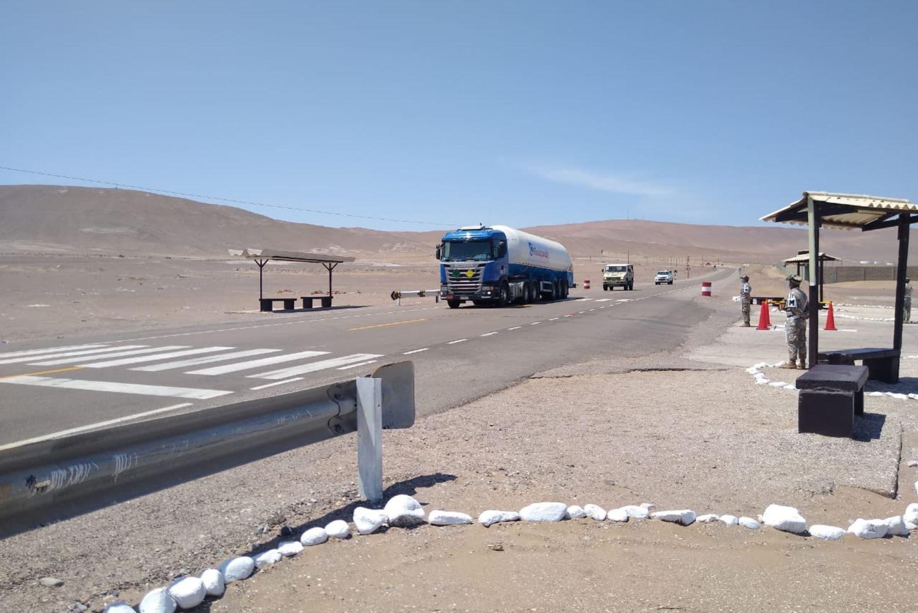 Primera2 entrega de oxígeno medicinal importado desde Chile está siendo trasladado a hospitales de Cañete y Lima. Vehículos terrestres y un helicóptero del  Ejercito Peruano, resguardan el convoy en la ruta. Foto: ANDINA/Mindef