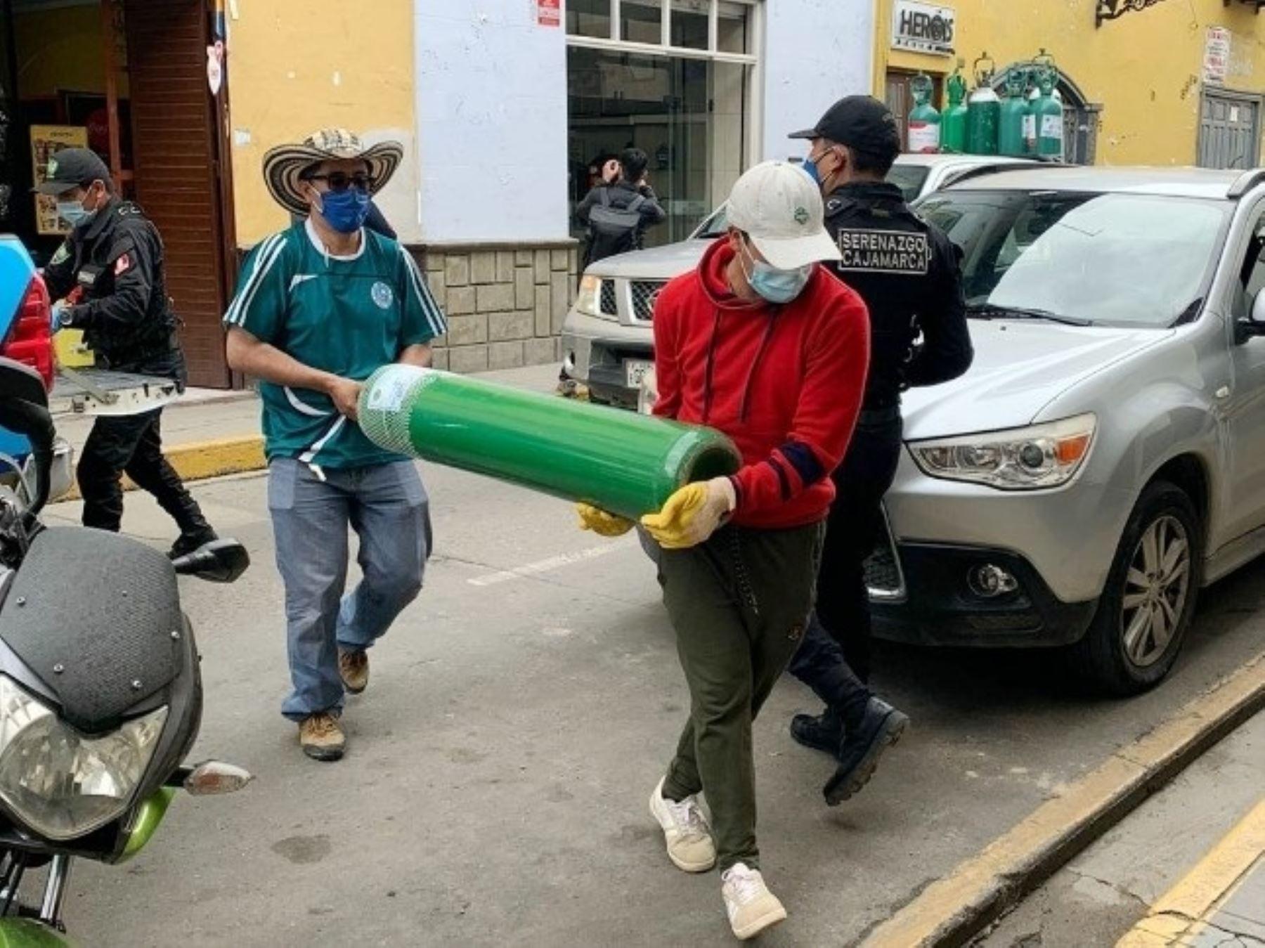 Sacedote cajamarquino Juan Carlos Pérez lleva balones de oxígeno  a las viviendas de los pacientes covid-18 de Cajamarca. Foto: Eduard Lozano