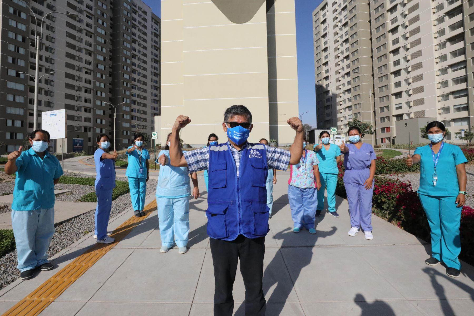 Carlos Alberto Olivera, estuvo al mando de la Villa Panamericana desde el inicio de la pandemia. Se infectó dos veces, llegó a UCI sin embargo ganó la batalla y ahora vuelve a seguir luchando por sus pacientes. Foto: EsSalud
