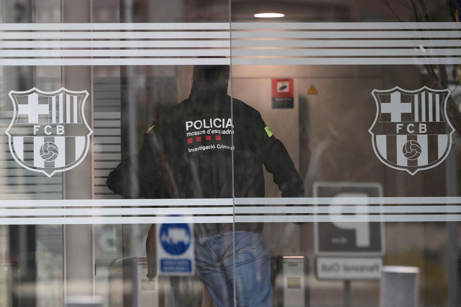 Un policía entra en las oficinas del Fútbol Club Barcelona el 01 de marzo de 2021 en Barcelona durante un operativo policial en el interior del edificio. Foto: AFP