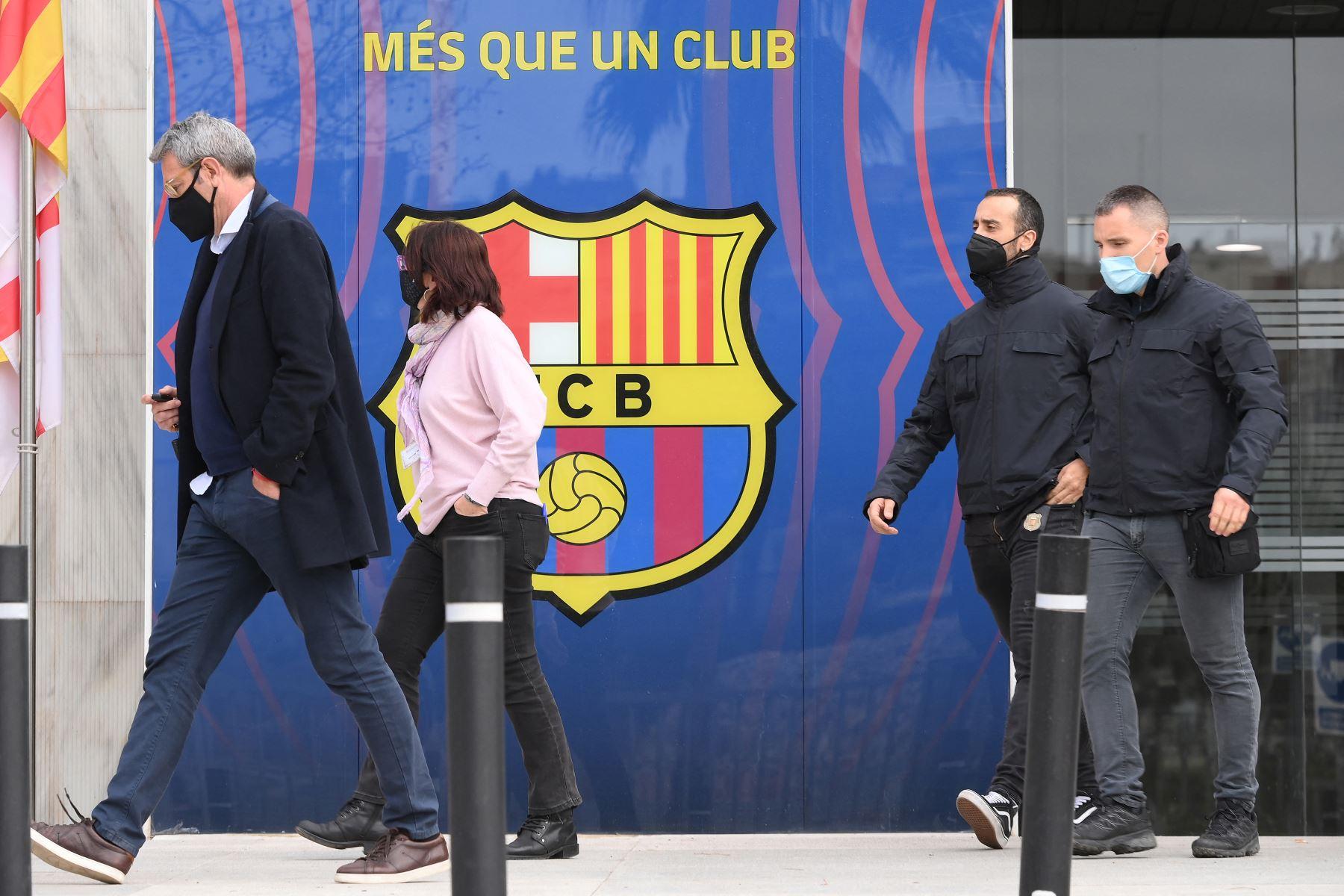 La policía regional catalana y el abogado español Jorge Navarro abandonan las oficinas del Fútbol Club Barcelona el 1 de marzo de 2021, durante un operativo policial en el interior del edificio. Foto: AFP