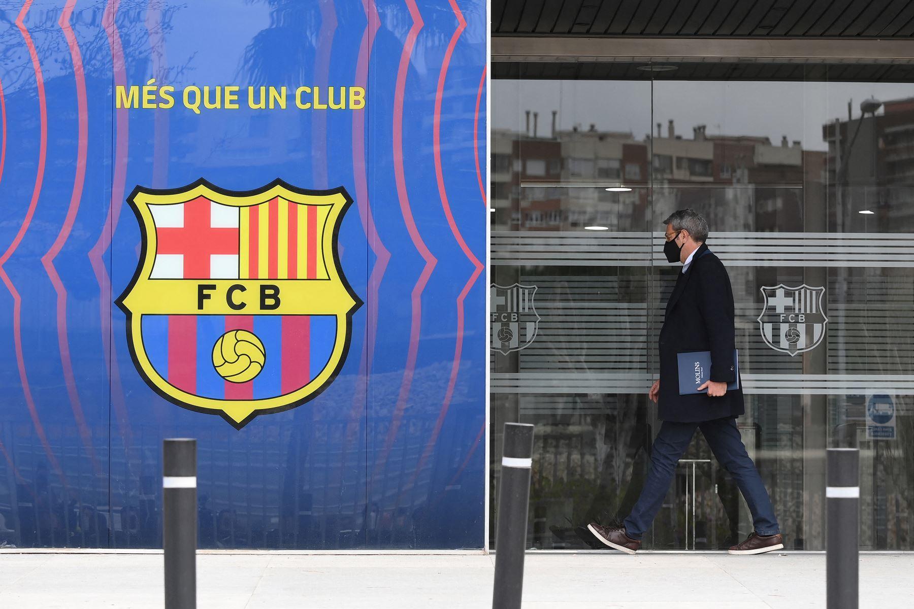 El abogado Jorge Navarro entra en las oficinas del Fútbol Club Barcelona el 01 de marzo de 2021 en Barcelona durante un operativo policial en el interior del edificio. Foto: AFP