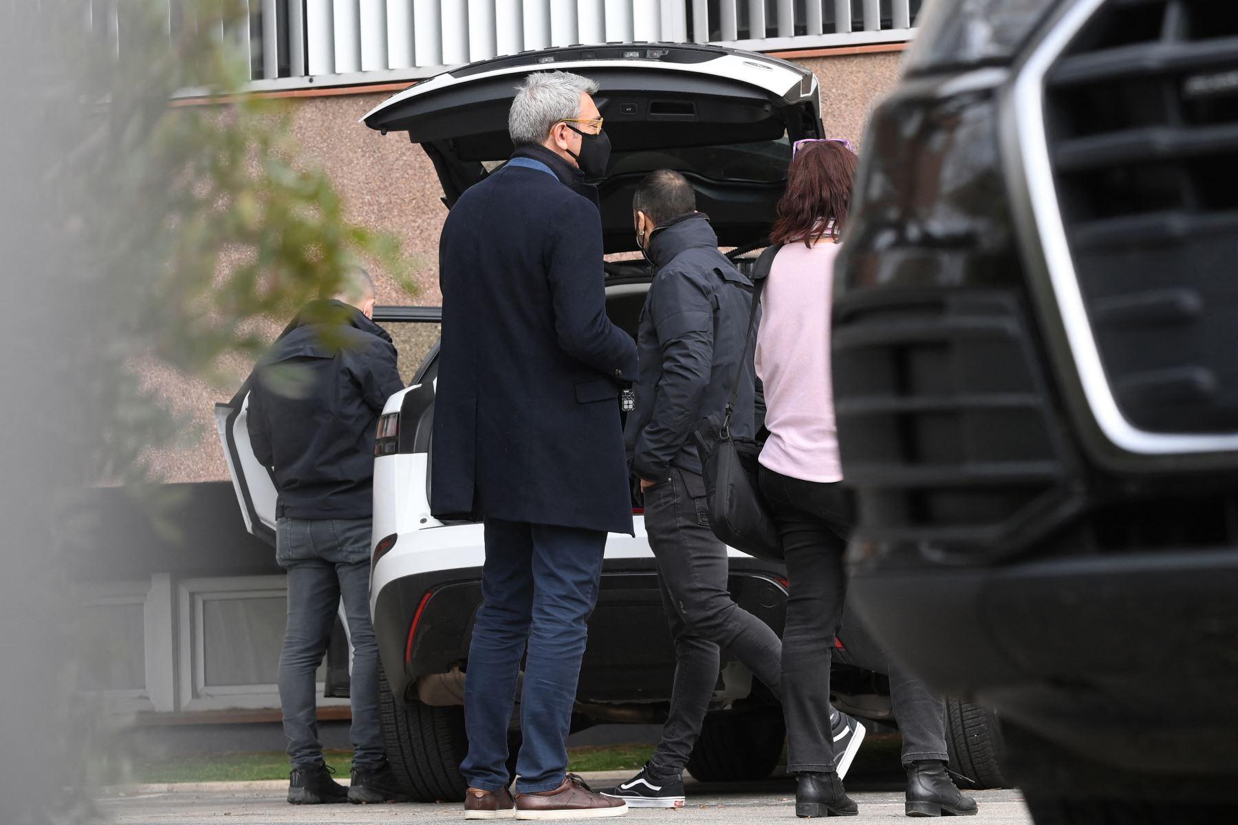 El abogado español Jorge Navarro observa a la policía regional catalana revisar el automóvil de Roman Gómez Ponti, jefe de servicios legales del FC Barcelona, frente a las oficinas del Fútbol Club Barcelona, el 1 de marzo de 2021. Foto: AFP