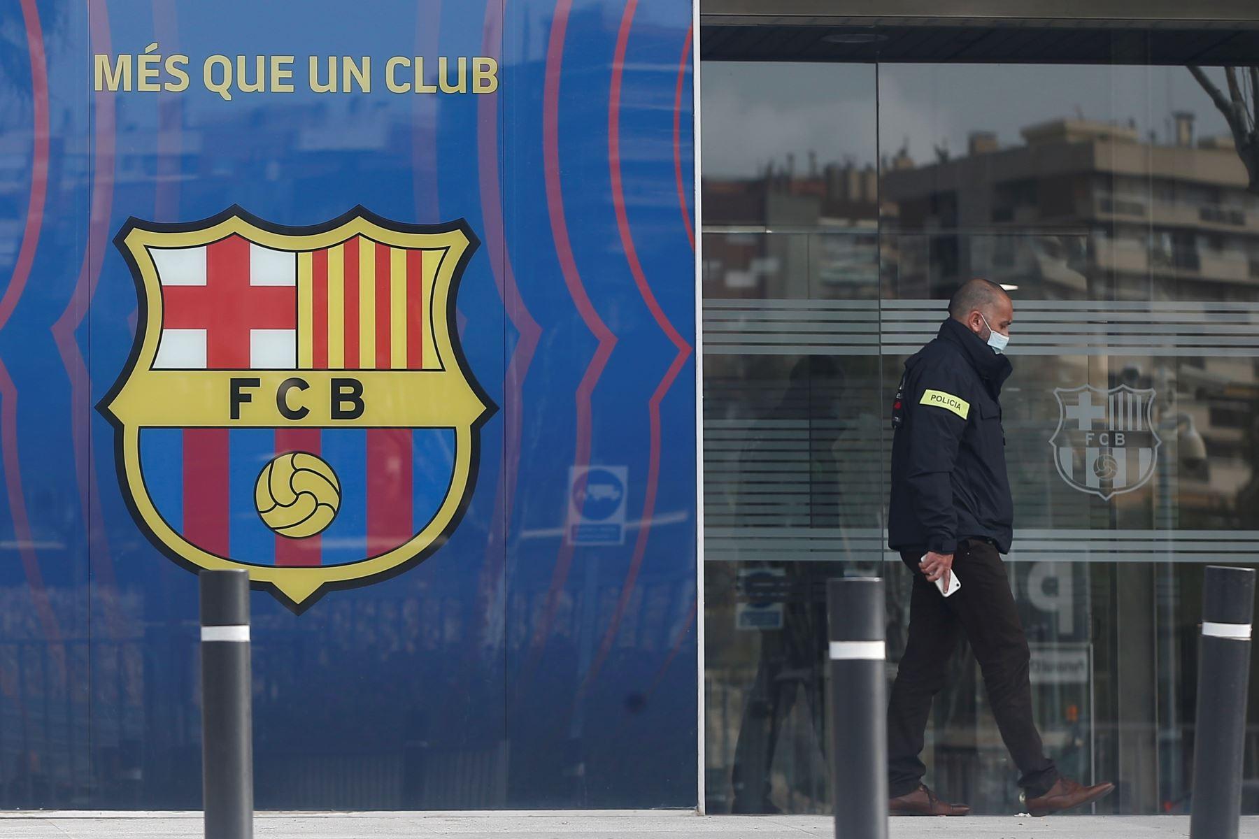 Un policía entra en las oficinas del Fútbol Club Barcelona el 01 de marzo de 2021 en Barcelona durante un operativo policial en el interior del edificio. Foto: EFE