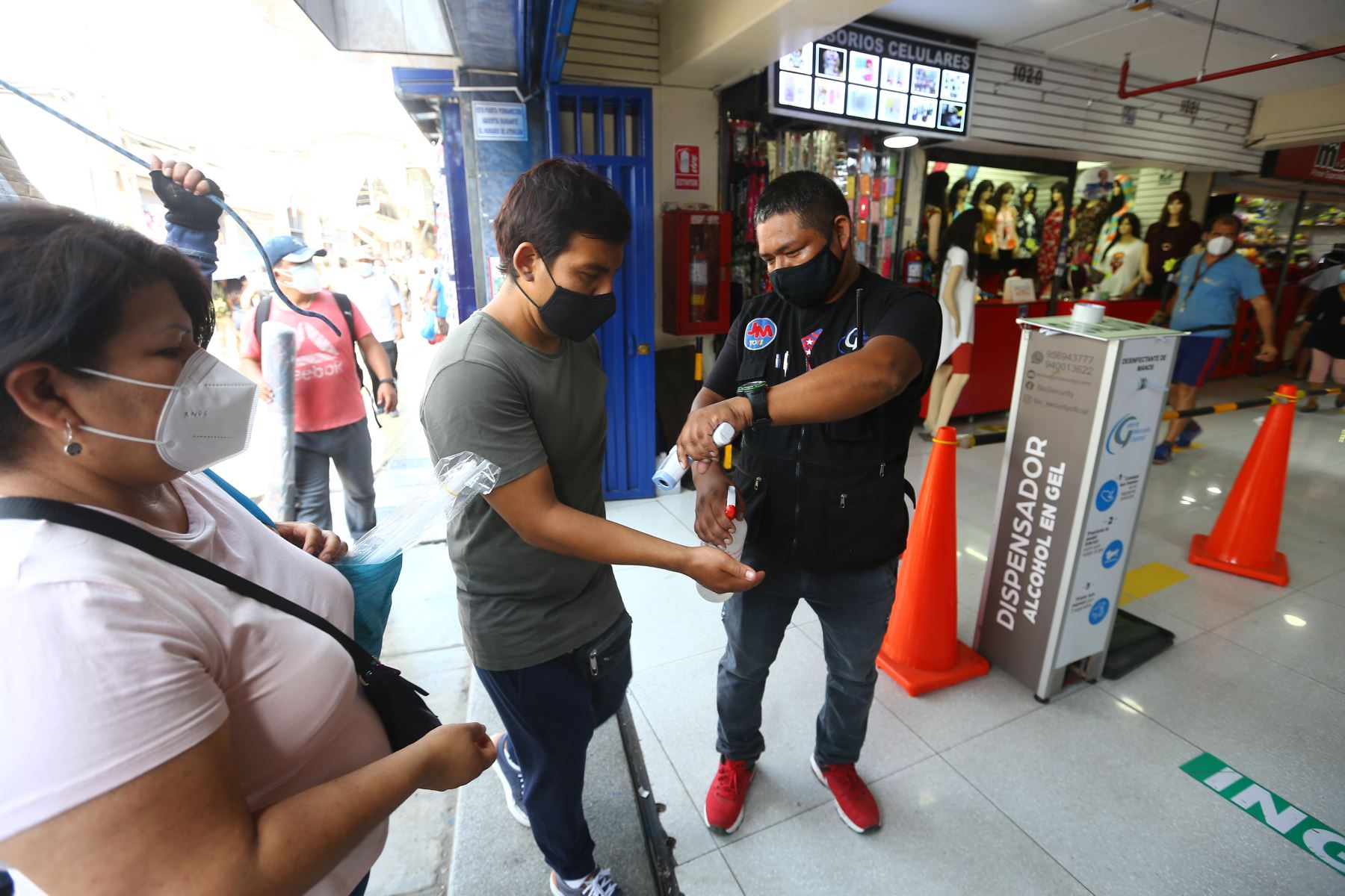 Encargados de la Seguridad controlan la temperatura a los clientes antes de ingresar a las galerias. Foto: ANDINA/Jhonel Rodríguez Robles