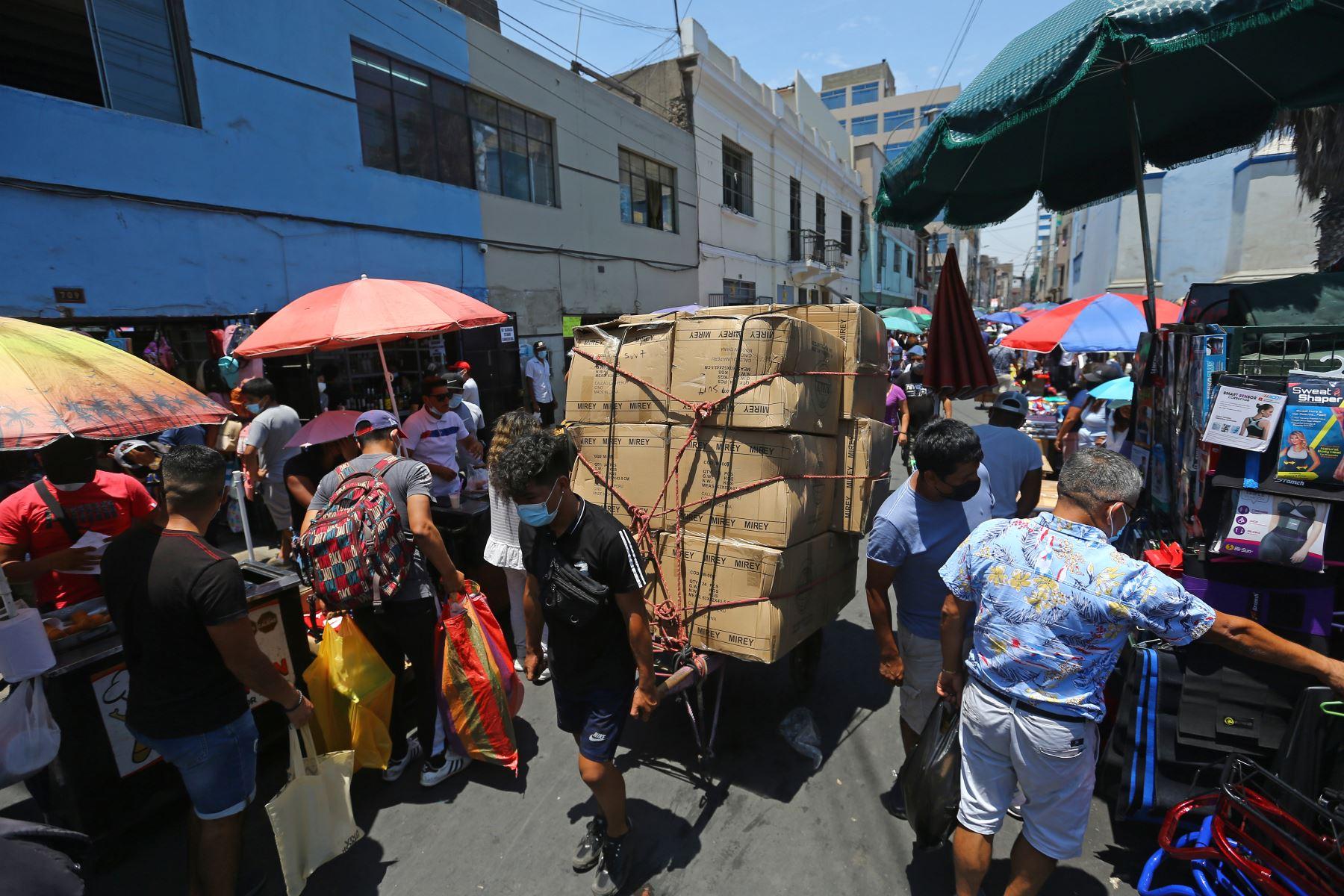 Panorama en Mesa Redonda tras reapertura de los centros comerciales durante primer día del levantamiento de la cuarentena, en Lima. Foto: ANDINA/Jhonel Rodríguez Robles