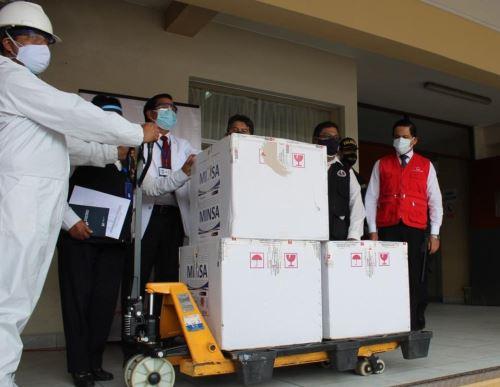 La Contraloría detectó en Arequipa faltante de dosis de vacunas contra la covid-19 y que personas que no pertenecen a la primera línea de lucha contra la pandemia fueron inmunizados. ANDINA/Difusión