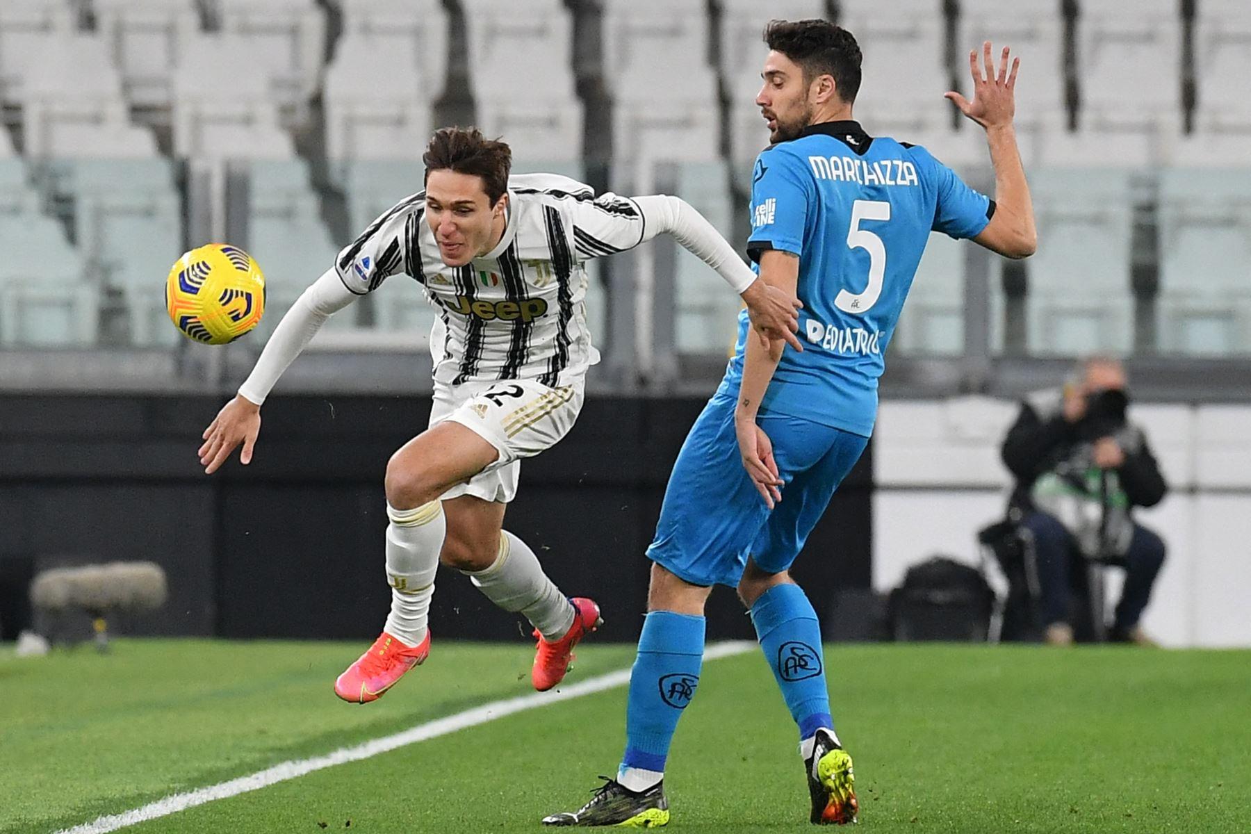 El delantero italiano de la Juventus Federico Chiesa desafía al defensor italiano de Spezia Riccardo Marchizza durante el partido de fútbol de la Serie A. Foto: AFP