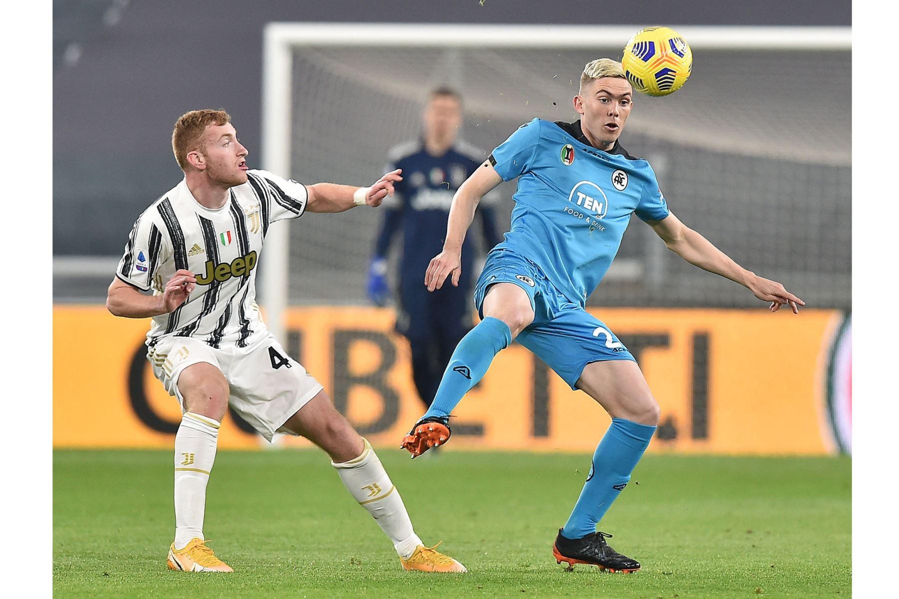 Dejan Kulusevsk del Juventus y Nahuel Estevez del Spezia en acción durante el partido de fútbol de la Serie A italiana. Foto: EFE