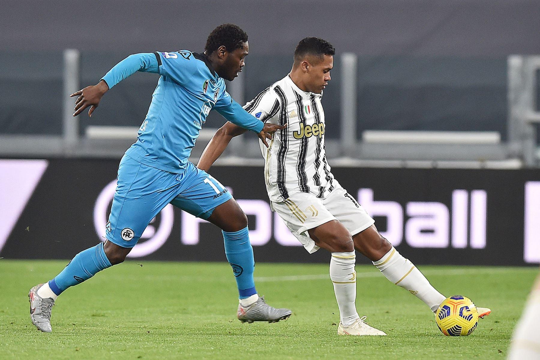 Alex Sandro del Juventus y Emmanuel Giasy del Spezia en acción durante el partido de fútbol de la Serie A italiana. Foto: EFE