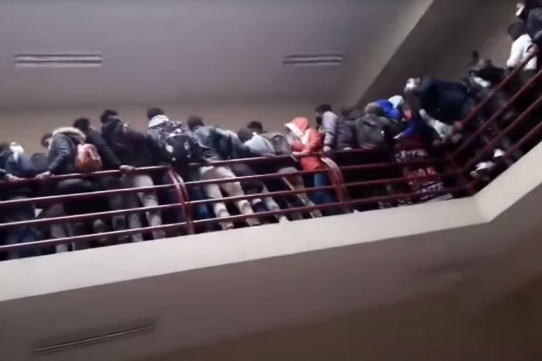 El accidente ocurrió en la Universidad Pública de El Alto (UPEA), donde los estudiantes fueron convocados a una asamblea en el cuarto piso. Foto: Captura de pantalla. Foto: AFP