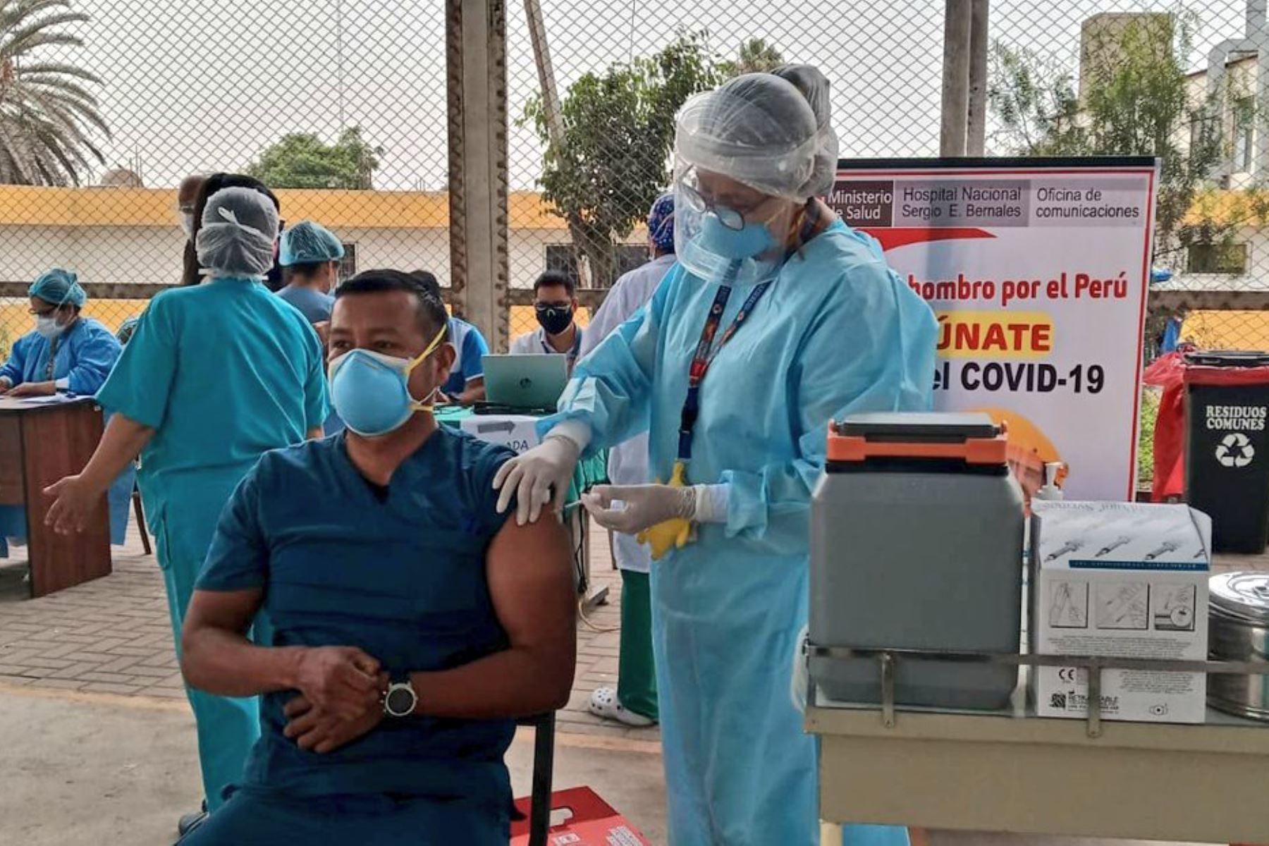 El Ministerio de Salud empezó la aplicación de la segunda dosis de la vacuna contra la covid-19, en los hospitales de Lima Metropolitana. Foto: ANDINA/Minsa