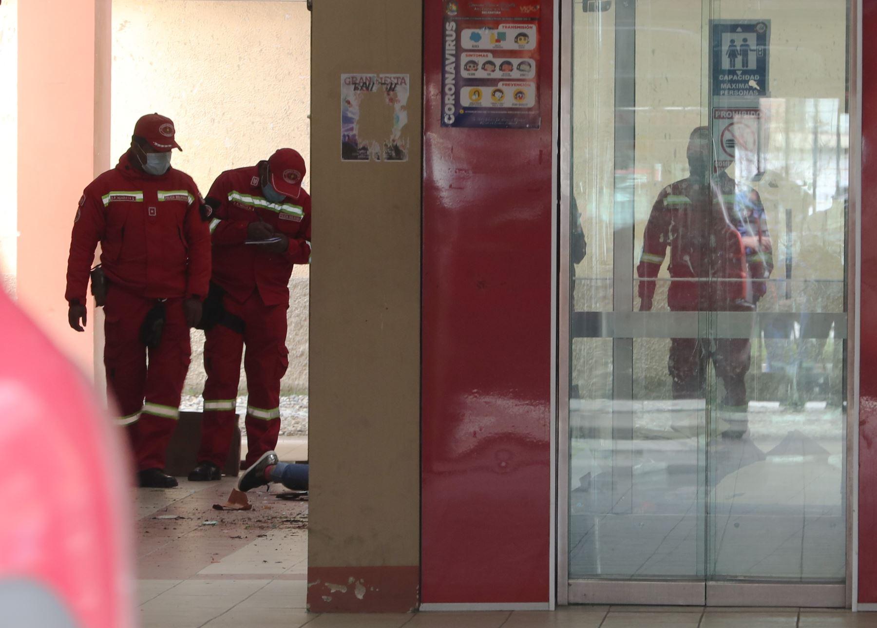 Varios bomberos inspeccionan el lugar del accidente el que murieron varios estudiantes hoy, en El Alto (Bolivia). Al menos cinco estudiantes murieron y tres resultaron heridos este martes al caer desde un cuarto piso luego de que una baranda se rompiera en la Universidad Pública de El Alto (UPEA) en Bolivia. Foto: EFE