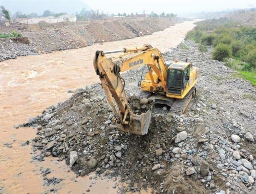 Con apoyo de maquinaria pesada, el Ministerio de Vivienda, Construcción y Saneamiento intensifica las labores de prevención en ríos y quebradas de 12 regiones del país. ANDINA/Difusión