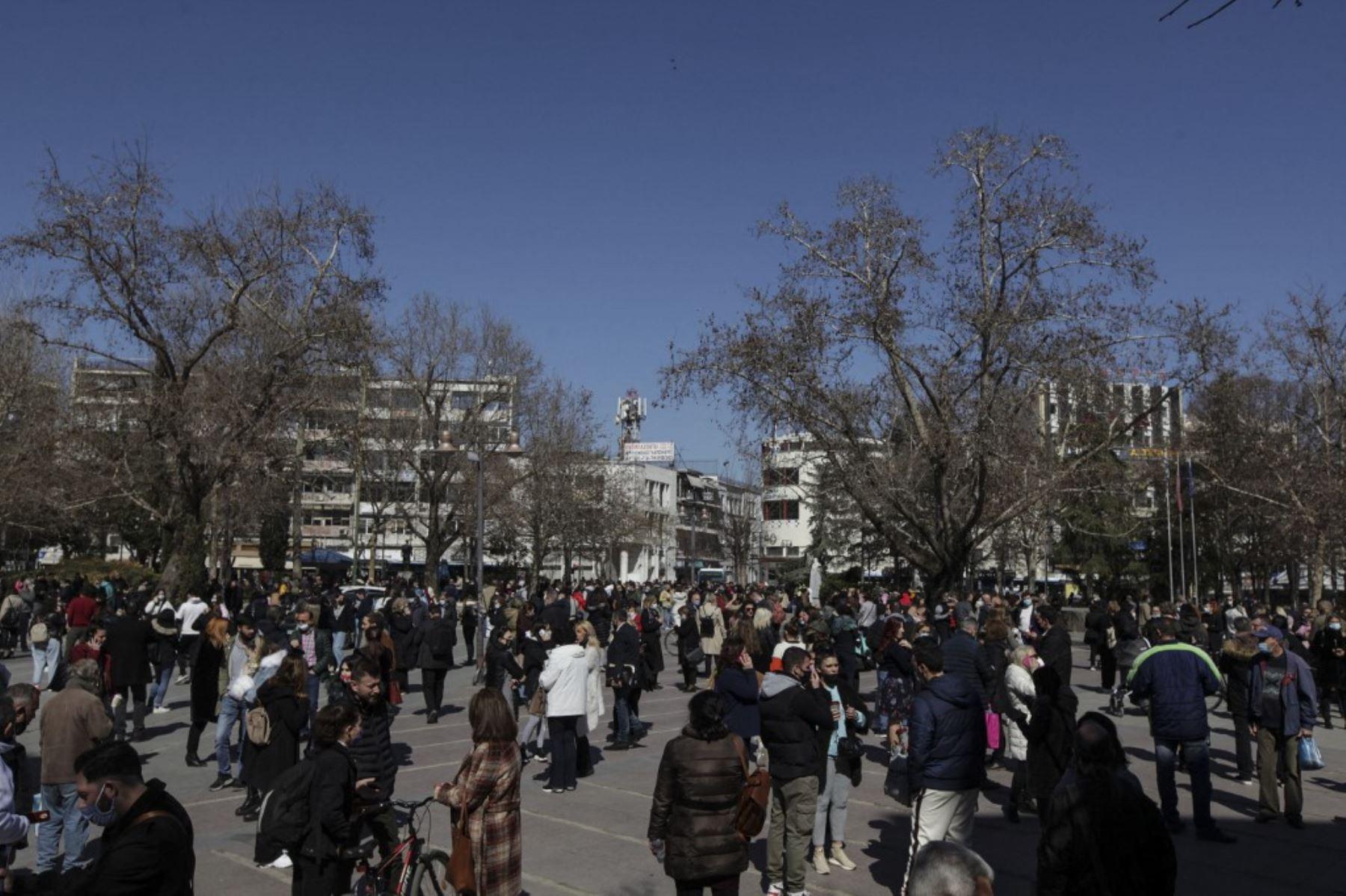 Un sismo de intensidad 6,3, se registró cerca de la ciudad griega de Larisa, cuyos habitantes salieron a la calle asustados por el temblor, informaron medios locales. Foto: AFP