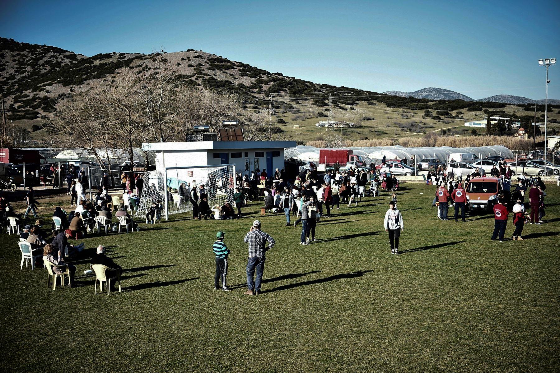 Los habitantes se reúnen en un estadio de fútbol en la aldea de Damasi, cerca de la ciudad de Tyrnavos, después que un fuerte sismo de magnitud 6,3 azotara la región central griega de Tesalia. Foto: AFP
