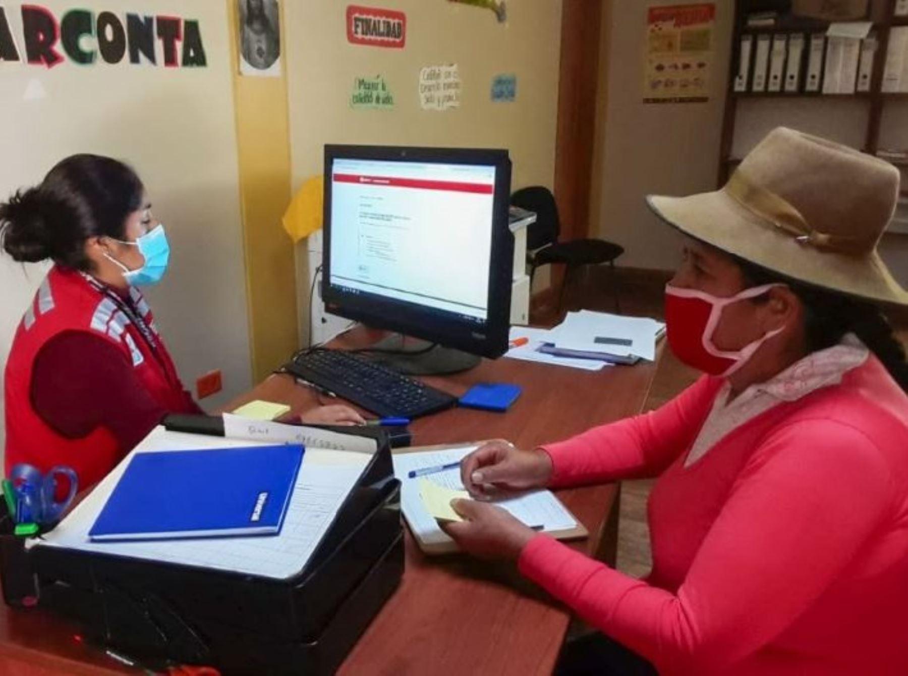 Especialistas del programa PAIS orientan a las familias de zonas rurales sobre los alcances del Bono 600 que se otorga a las poblaciones vulnerables ante la pandemia de covid-19. ANDINA/Difusión