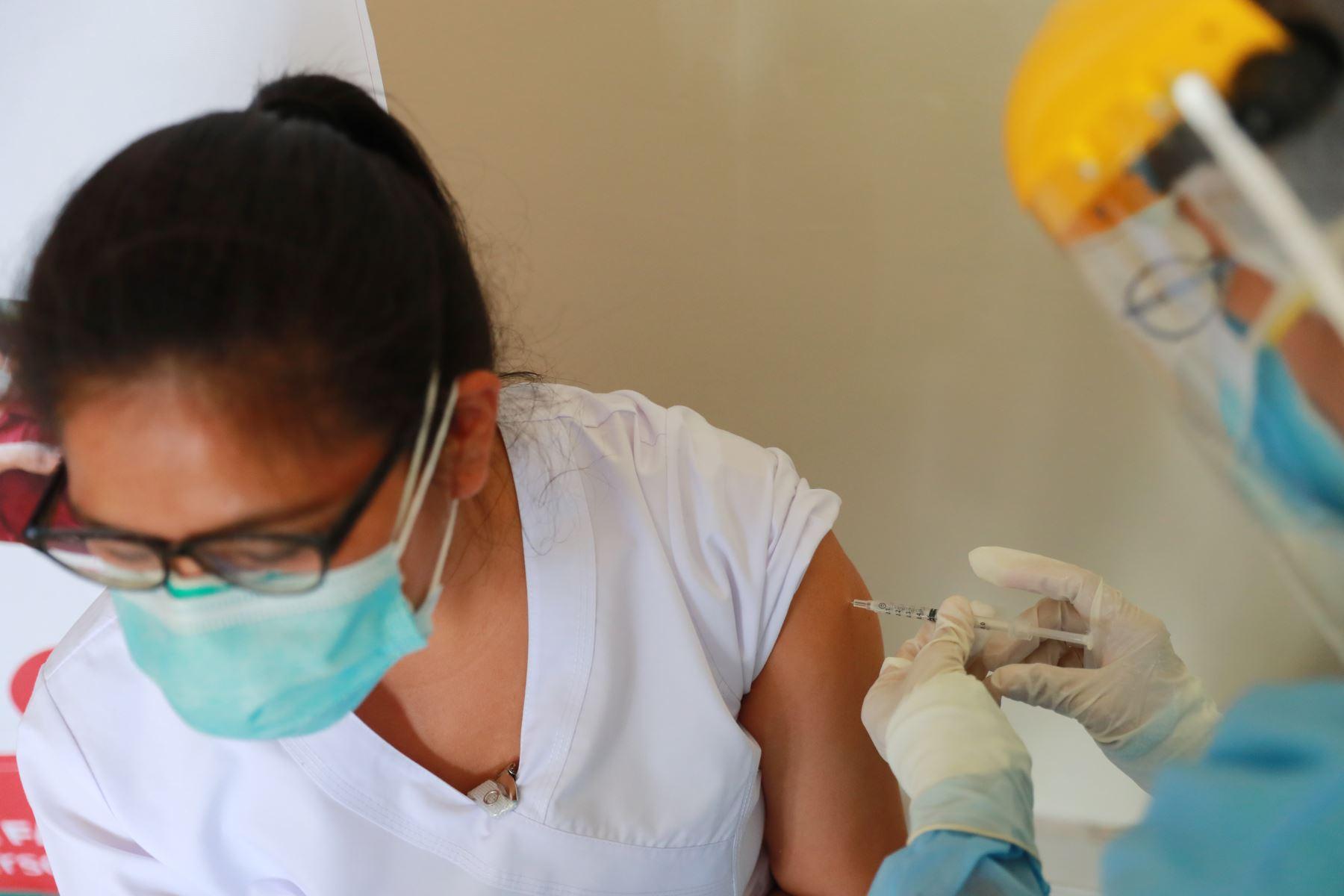 Actualmente, el hospital Loayza cuenta con más de 4,000 mil trabajadores; y más de la mitad labora en áreas dedicadas a la atención de pacientes que sufren de covid-19 que han ocupado hasta 306 camas. Foto: ANDINA/Carla Patiño
